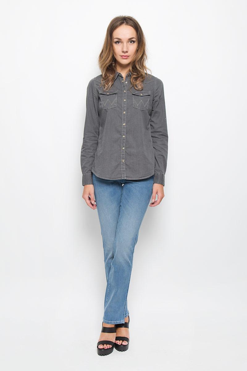 Джинсы женские Wrangler Sara Narrow, цвет: синий. W25Z8972N. Размер 29-32 (44/46-32)W25Z8972NСтильные женские джинсы Wrangler Sara Narrow подчеркнут ваш уникальный стиль и помогут создать оригинальный женственный образ. Модель выполнена из высококачественного эластичного хлопка, что обеспечивает комфорт и удобство при носке.Джинсы прямого кроя и стандартной посадки застегиваются на пуговицу в поясе и ширинку на застежке-молнии. На поясе предусмотрены шлевки для ремня. Джинсы имеют классический пятикарманный крой: спереди модель оформлена двумя втачными карманами и одним маленьким накладным кармашком, а сзади - двумя накладными карманами. Модель оформлена перманентными складками и эффектом потертости.Эти модные и в тоже время комфортные джинсы послужат отличным дополнением к вашему гардеробу.