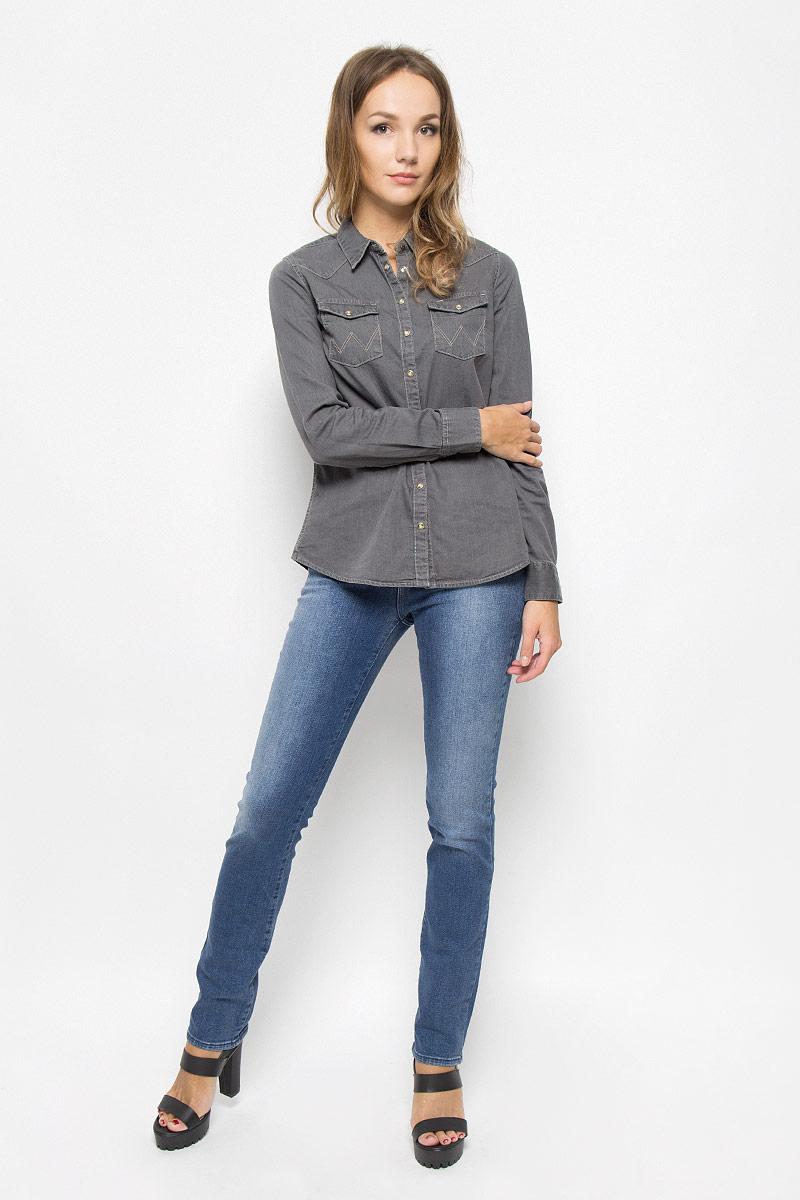 Джинсы женские Wrangler Drew, цвет: синий. W24SX779I. Размер 32-34 (48-34)W24SX779IСтильные женские джинсы Wrangler Drew станут отличным дополнением к вашему гардеробу. Изготовленные из высококачественного комбинированного материала, они мягкие и приятные на ощупь, не сковывают движения и позволяют коже дышать. Джинсы прямого кроя застегиваются на пуговицу в поясе и ширинку на застежке-молнии. На поясе имеются шлевки для ремня. Модель имеет классический пятикарманный крой: спереди - два втачных кармана и один маленький накладной, а сзади - два накладных кармана. Изделие оформлено эффектом потертости.