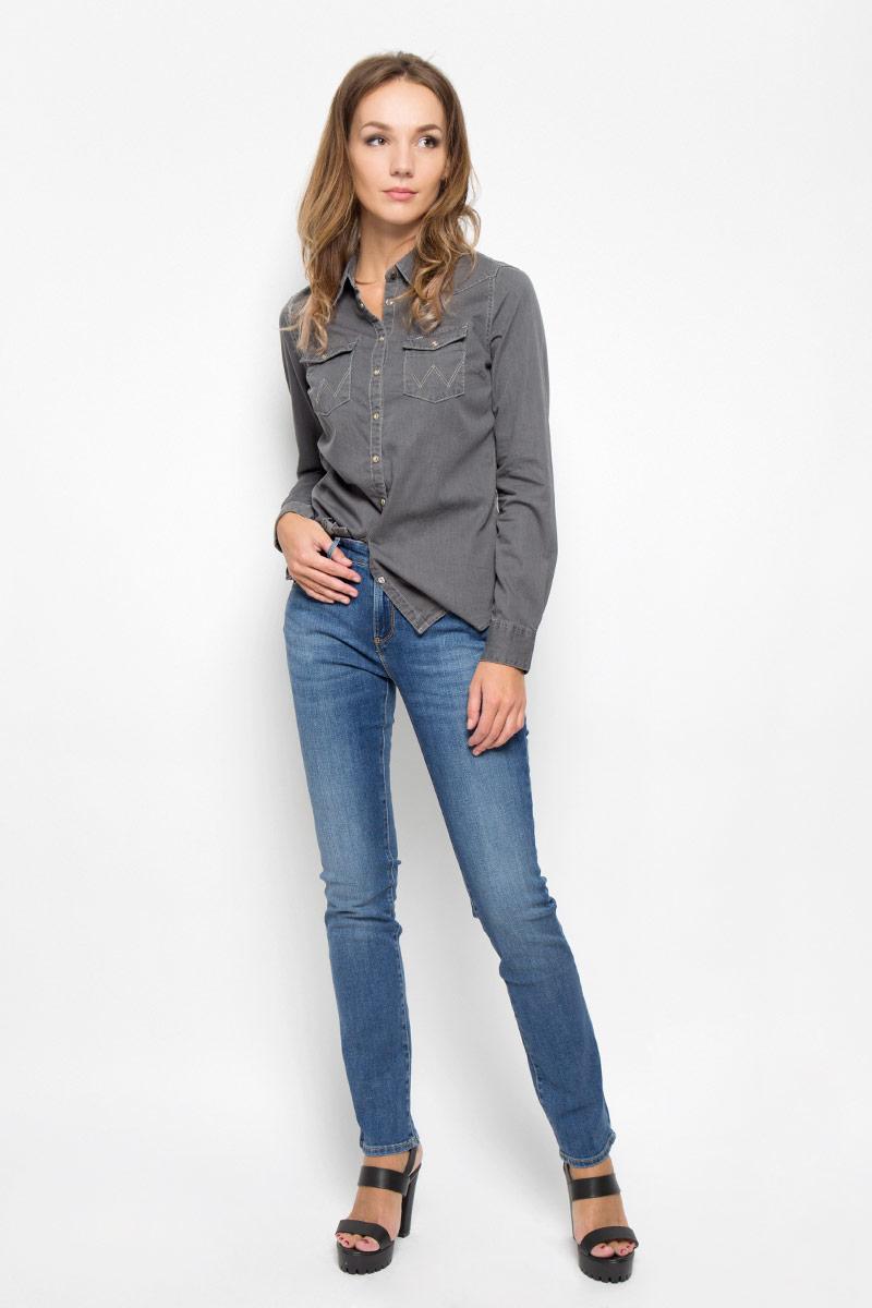 Джинсы женские Wrangler Drew, цвет: синий. W24S9169N. Размер 28-34 (44-34)W24S9169NСтильные женские джинсы Wrangler Drew - джинсы высочайшего качества, которые прекрасно сидят. Джинсы Wrangler созданы специально для того, чтобы подчеркивать достоинства вашей фигуры.Модель узкого кроя и стандартной посадки станет отличным дополнением к вашему современному образу. Застегиваются джинсы на пуговицу в поясе и ширинку на застежке-молнии, имеются шлевки для ремня. Спереди модель дополнена двумя втачными карманами и одним небольшим секретным кармашком, а сзади - двумя накладными карманами. Изделие оформлено контрастной прострочкой, металлическими клепками и фирменной нашивкой сзади.Эти модные и в то же время комфортные джинсы послужат отличным дополнением к вашему гардеробу. В них вы всегда будете чувствовать себя уютно и комфортно.