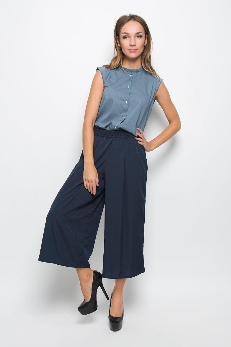 Брюки женские Tom Tailor Denim, цвет: темно-синий. 6404226.00.71_6724. Размер XS (42)6404226.00.71_6724Стильные женские брюки-кюлот Tom Tailor Denim - это изделие высочайшего качества, которое превосходно сидит и подчеркнет все достоинства вашей фигуры. Они выполнены из 100% полиэстера, что обеспечивает комфорт и удобство при носке, а также долговечность и опрятный внешний вид. Модные брюки-кюлот свободного кроя и стандартной посадки станут отличным дополнением к вашему современному образу. Брюки-кюлот имеют широкую эластичную резинку в поясе, дополнены двумя втачными карманами спереди.Эти модные и в то же время комфортные брюки-кюлот послужат отличным дополнением к вашему гардеробу.