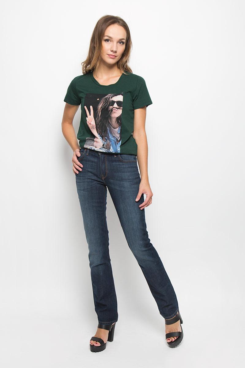 Джинсы женские Lee Marion Straight, цвет: темно-синий. L301AAKS. Размер 26-31 (42-31)L301AAKSСтильные женские джинсы Lee Marion Straight подчеркнут ваш уникальный стиль и помогут создать оригинальный женственный образ. Модель выполнена из высококачественного эластичного хлопка, что обеспечивает комфорт и удобство при носке.Джинсы прямого кроя и стандартной посадки застегиваются на пуговицу в поясе и ширинку на застежке-молнии. На поясе предусмотрены шлевки для ремня. Джинсы имеют классический пятикарманный крой: спереди модель оформлена двумя втачными карманами и одним маленьким накладным кармашком, а сзади - двумя накладными карманами. Модель оформлена контрастной прострочкой, перманентными складками и эффектом потертости.Эти модные и в тоже время комфортные джинсы послужат отличным дополнением к вашему гардеробу.