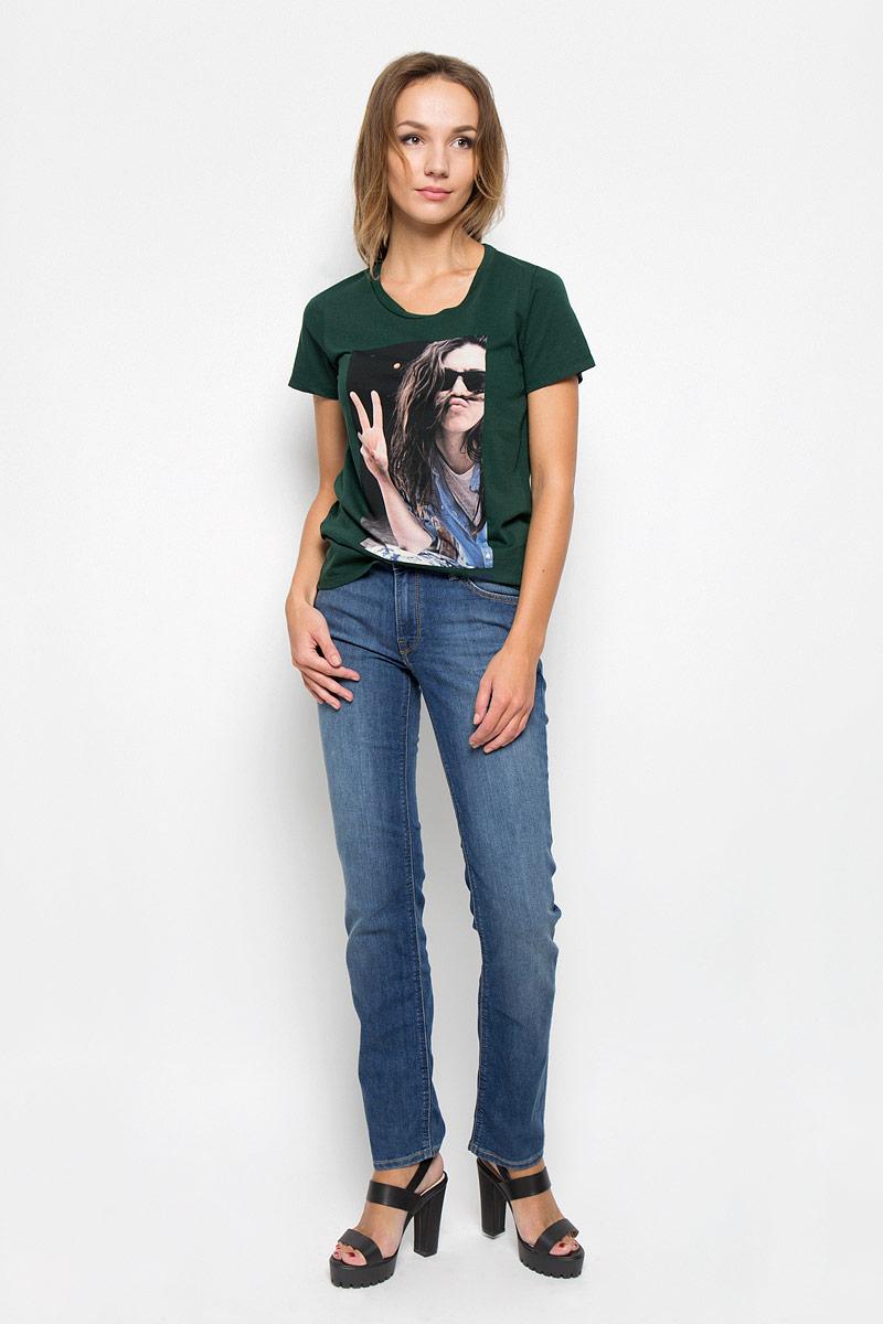 Джинсы женские Lee Marion Straight, цвет: синий. L301AAML. Размер 31-33 (46/48-33)L301AAMLСтильные женские джинсы Lee Marion Straight станут отличным дополнением к вашему гардеробу. Изготовленные из высококачественного комбинированного материала, они мягкие и приятные на ощупь, не сковывают движения и позволяют коже дышать. Джинсы по поясу застегиваются на металлическую пуговицу и имеют ширинку на застежке-молнии, а также шлевки для ремня. Модель имеет классический пятикарманный крой: спереди - два втачных кармана и один маленький накладной, а сзади - два накладных кармана. Изделие оформлено потертостями и контрастной отстрочкой.Современный дизайн и расцветка делают эти джинсы модным предметом одежды. Это идеальный вариант для тех, кто хочет заявить о себе и своей индивидуальности и отразить в имидже собственное мировоззрение.