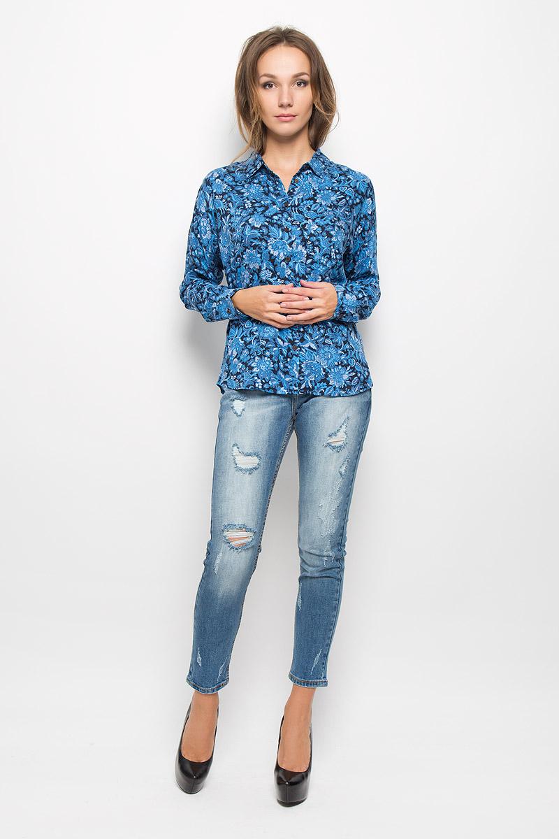 Блузка женская Sela Casual, цвет: синий, черный. B-112/1056-6393. Размер XS (42)B-112/1056-6393Женская блузка Sela Casual, выполненная из мягкой вискозы, идеально подойдет для повседневной носки. Материал изделия приятный на ощупь, не стесняет движений и хорошо пропускает воздух, обеспечивая комфорт. Модель с отложным воротником и длинными рукавами со спущенной линией плеча застегивается на пуговицы. Манжеты также имеют застежки-пуговицы. Длину рукавов можно регулировать при помощи хлястиков с пуговицами. На груди расположен накладной карман. Блузка оформлена цветочным принтом.Такая блузка подчеркнет ваш вкус и поможет создать современный и стильный образ!