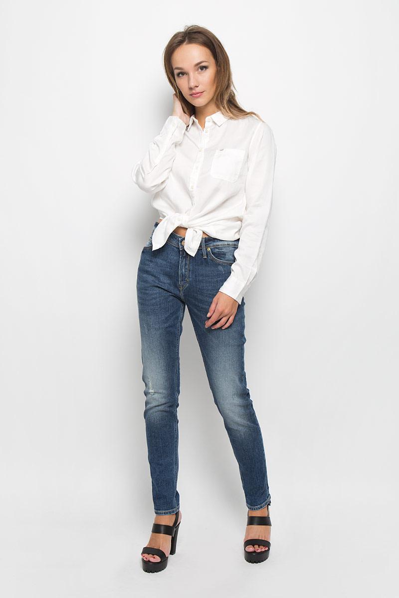 Джинсы женские Lee Sallie, цвет: темно-синий. L30KDXXQ. Размер 28-33 (44-33)L30KDXXQСтильные женские джинсы Lee Sallie подчеркнут ваш уникальный стиль и помогут создать оригинальный женственный образ. Модель выполнена из высококачественного эластичного хлопка, что обеспечивает комфорт и удобство при носке.Джинсы-бойфренды стандартной посадки застегиваются на пуговицу в поясе и ширинку на застежке-молнии. На поясе предусмотрены шлевки для ремня. Джинсы имеют классический пятикарманный крой: спереди модель оформлена двумя втачными карманами и одним маленьким накладным кармашком, а сзади - двумя накладными карманами. Модель оформлена контрастной прострочкой, перманентными складками, эффектом потертости и декоративными прорезями.Эти модные и в тоже время комфортные джинсы послужат отличным дополнением к вашему гардеробу.