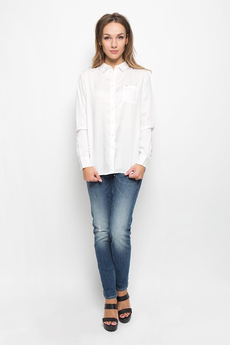 Рубашка женская Lee, цвет: белый. L45QLCHA. Размер S (44)L45QLCHAСтильная женская рубашка Lee, выполненная из высококачественного материала, прекрасно подойдет для повседневной носки. Материал очень мягкий и приятный на ощупь, не сковывает движения и позволяет коже дышать. Рубашка свободного кроя с отложным воротником и длинными рукавами застегивается на пуговицы по всей длине. Рукава дополнены манжетами на пуговицах. Спереди модель оформлена накладным карманом с брендовой нашивкой. Такая рубашка будет дарить вам комфорт в течение всего дня и станет модным дополнением к вашему гардеробу.