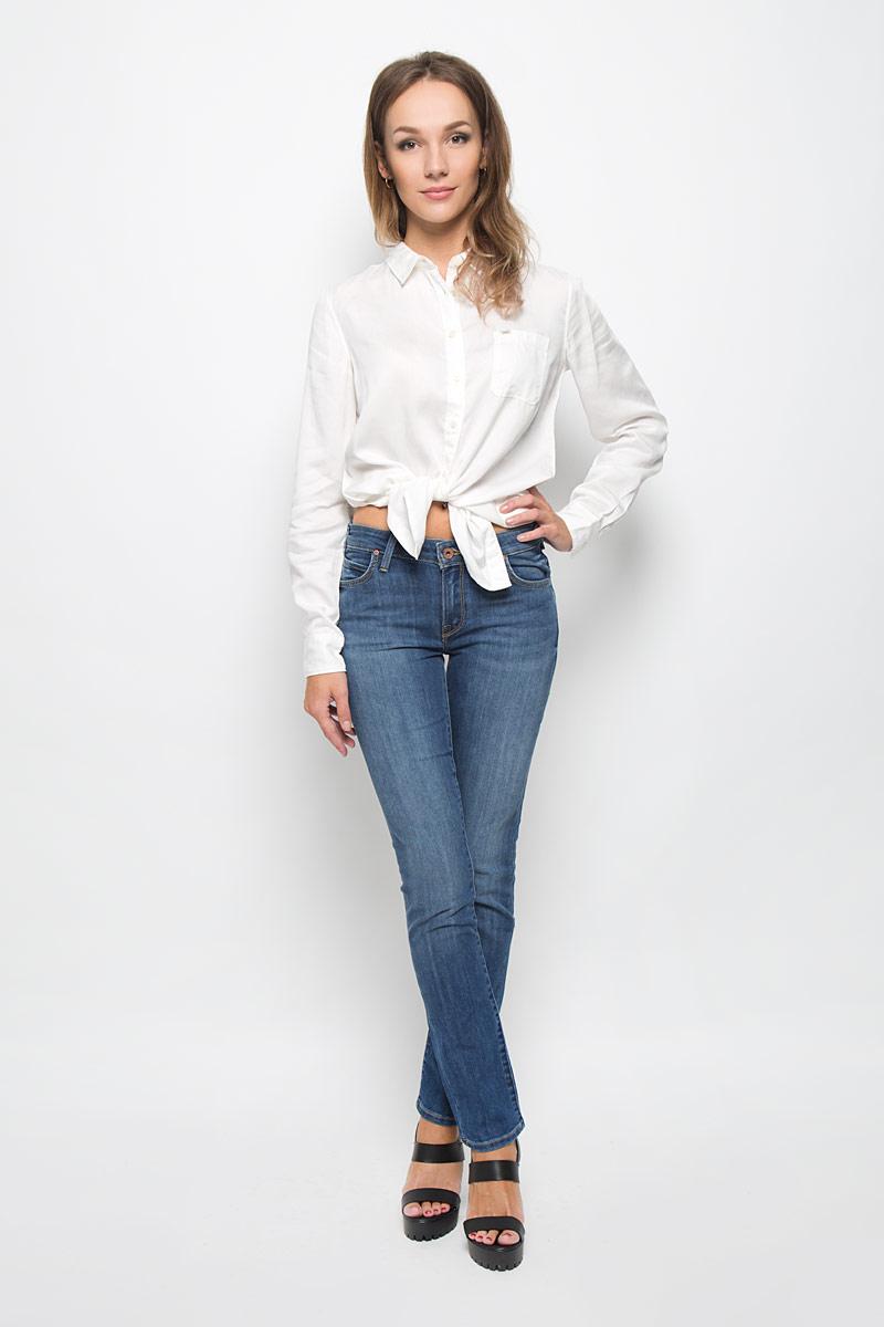 Джинсы женские Lee Jade Seasonal, цвет: синий. L314AAML. Размер 26-33 (42-33)L314AAMLСтильные женские джинсы Lee Jade Seasonal подчеркнут ваш уникальный стиль и помогут создать оригинальный женственный образ. Модель выполнена из высококачественного эластичного хлопка, что обеспечивает комфорт и удобство при носке.Джинсы-слим стандартной посадки застегиваются на пуговицу в поясе и ширинку на застежке-молнии. На поясе предусмотрены шлевки для ремня. Джинсы имеют классический пятикарманный крой: спереди модель оформлена двумя втачными карманами и одним маленьким накладным кармашком, а сзади - двумя накладными карманами. Модель оформлена контрастной прострочкой, перманентными складками и эффектом потертости.Эти модные и в тоже время комфортные джинсы послужат отличным дополнением к вашему гардеробу.