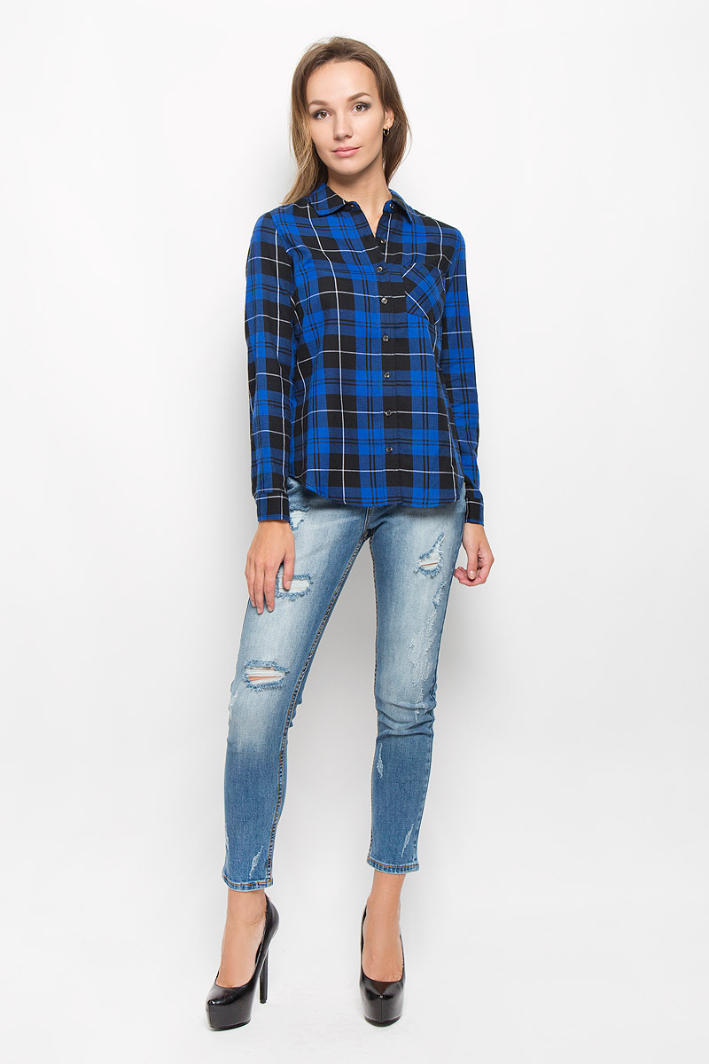 Рубашка женская Sela Casual, цвет: синий, черный. B-312/1103-6414. Размер L (48)B-312/1103-6414Женская рубашка Sela Casual, выполненная из натурального хлопка, идеально подойдет для повседневной носки. Материал изделия приятный на ощупь, не стесняет движений и позволяет коже дышать, обеспечивая комфорт. Модель с отложным воротником и длинными рукавами застегивается на пуговицы. Манжеты также имеют застежки-пуговицы. На груди расположен накладной карман. Рубашка оформлена актуальным принтом в клетку.Такая рубашка подчеркнет ваш вкус и поможет создать стильный образ!