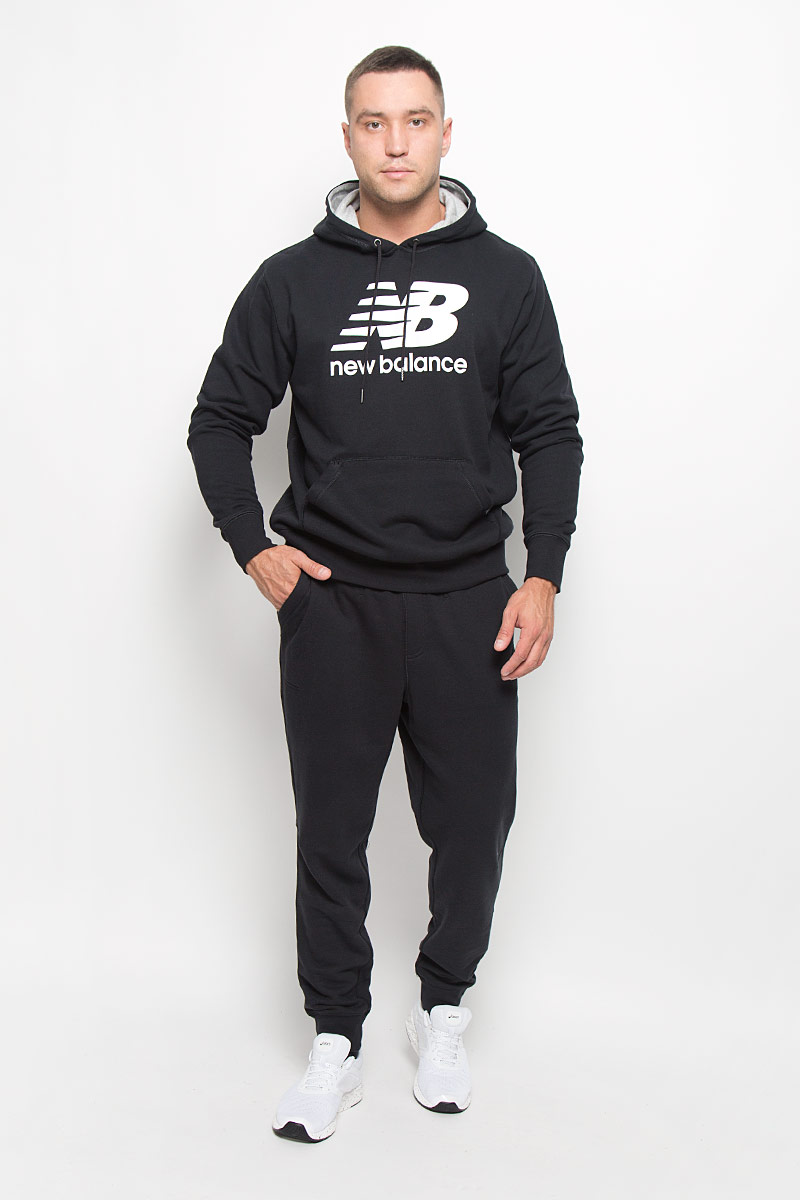 Брюки спортивные мужские New Balance, цвет: черный. MP63560/BK. Размер XXL (52/54)MP63560/BKУдобные мужские спортивные брюки New Balance великолепно подойдут для отдыха, повседневной носки, а также для занятий спортом. Модель прямого кроя и средней посадки изготовлена из хлопка с добавлением полиэстера, благодаря чему великолепно пропускает воздух, обладает высокой гигроскопичностью и превосходно сидит, обеспечивая вам комфорт даже во время интенсивных тренировок. Брюки имеют широкую эластичную резинку на поясе, объем талии регулируется при помощи шнурка-кулиски. Брючины дополнены трикотажными манжетами. Изделие дополнено двумя втачными карманами спереди, а также украшено принтом с изображением логотипа производителя.Эти модные и в то же время удобные брюки - настоящее воплощение комфорта. В них вы всегда будете чувствовать себя уверенно и уютно и непременно достигнете новых спортивных высот.