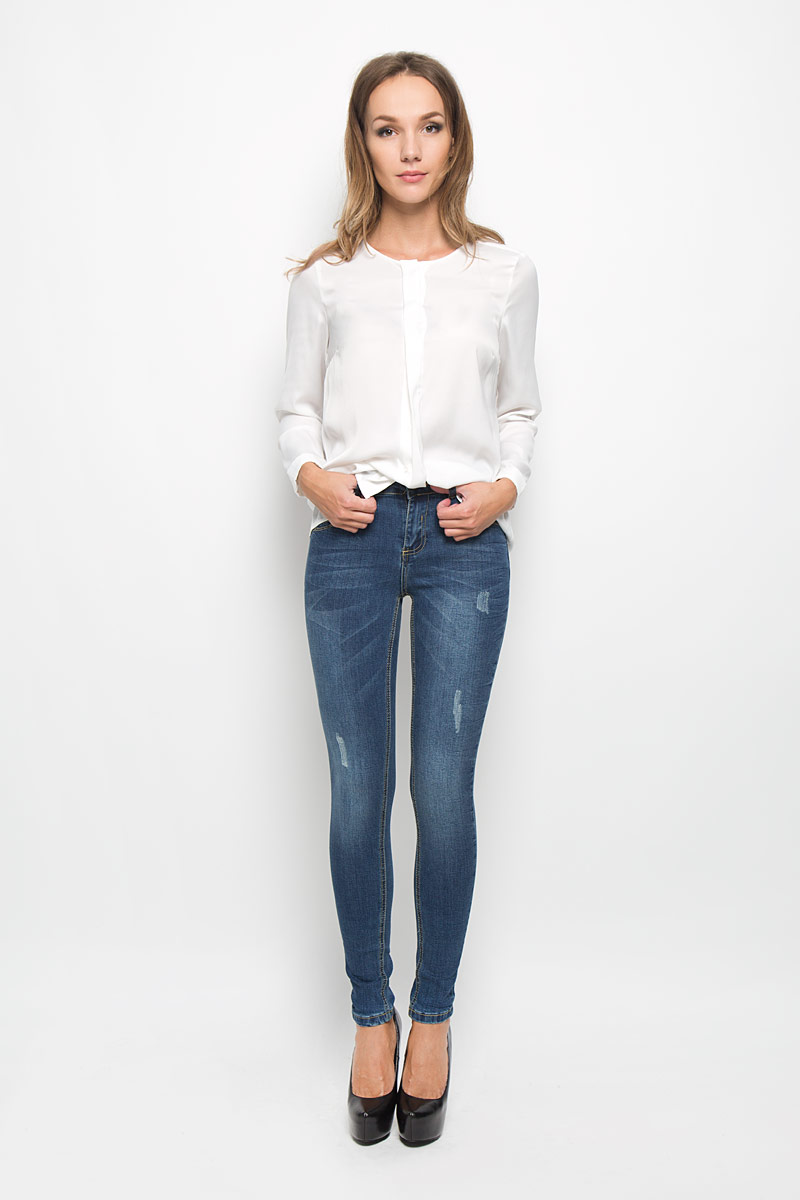 Джинсы женские Baon, цвет: синий. B306503. Размер 28 (44/46)B306503Стильные женские джинсы Baon - это джинсы высочайшего качества, которые прекрасно сидят. Они выполнены из высококачественного эластичного хлопка, что обеспечивает комфорт и удобство при носке. Модные джинсы скинни станут отличным дополнением к вашему современному образу. Джинсы застегиваются на пуговицу в поясе и ширинку на застежке-молнии, имеют шлевки для ремня. Джинсы имеют классический пятикарманный крой: спереди модель оформлена двумя втачными карманами и одним маленьким накладным кармашком, а сзади - двумя накладными карманами. Изделие украшено легкими потертостями.Эти модные и в то же время комфортные джинсы послужат отличным дополнением к вашему гардеробу.