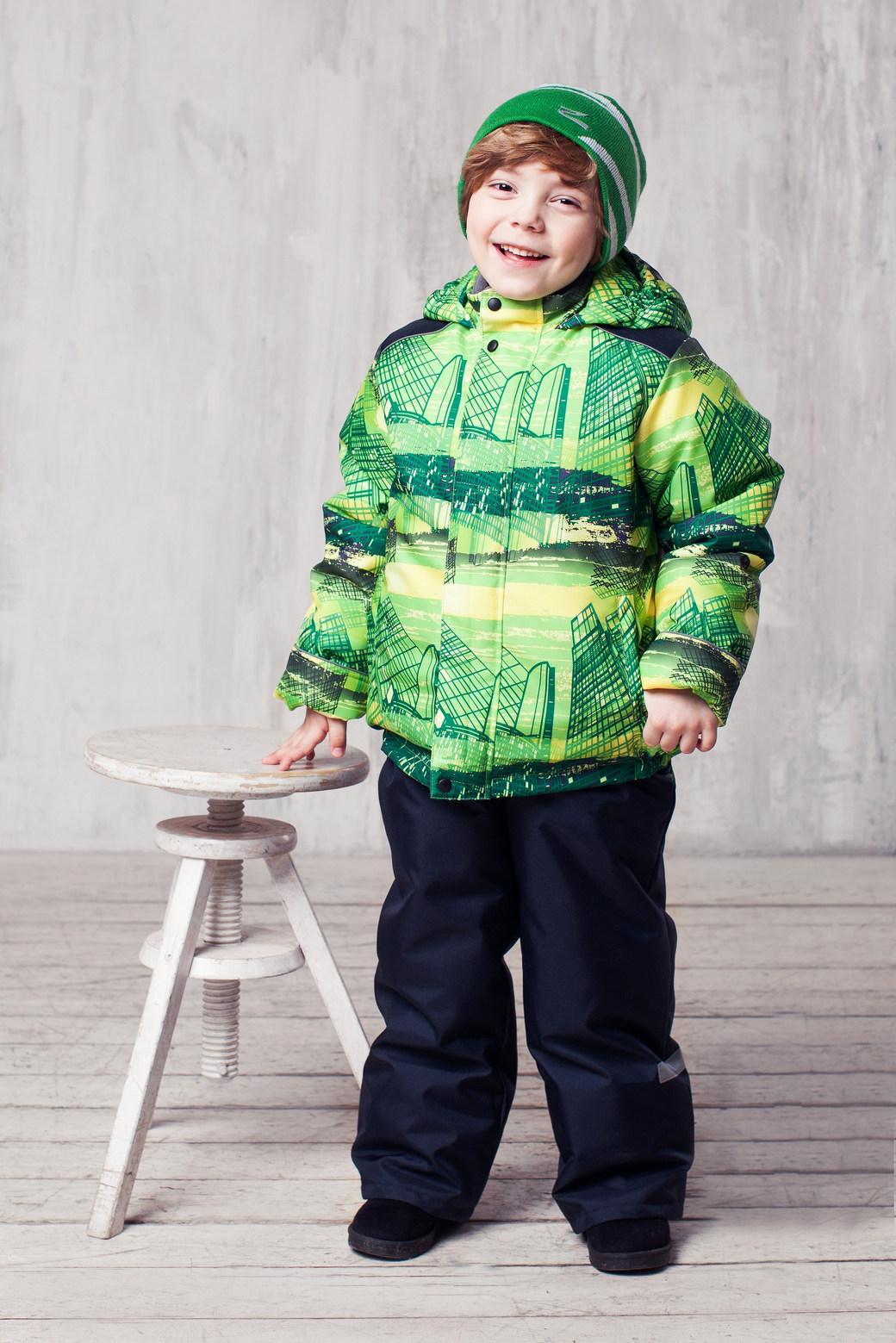 Комплект одежды для мальчика Jicco Гвидон: куртка, полукомбинезон, цвет: зеленый, синий. 1КС1622. Размер 104, 4 года1КС1622Высокопрочный костюм для мальчика Гвидон из зимней коллекции JICCO by OLDOS состоит из куртки и полукомбинезона. Костюм оснащен всем самым необходимым для комфортной носки. Пропитка на ткани Teflon защищает от грязи и воды, увеличивает износостойкость и облегчает уход. Гипоаллергенный утеплитель HOLLOFAN 300 г/м2 в куртке и 150 г/м2 в брюках эффективно удерживает тепло, не впитывает влагу и запах. Температура носки -30°С...+0°С. Флисовая подкладка в области груди, спины и воротника, в рукавах и полукомбинезоне - гладкий полиэстер для легкости одевания. Костюм может расти вместе с ребенком за счет отворотов. Куртка отличается продуманным функционалом: ветрозащитная планка по всей длине молнии с защитой подбородка, воротник-стойка с мягкой подкладкой, рукава с возможностью подворота, саморегулирующаяся муфта с трикотажной манжетой внутри рукава, капюшон втачной (несъемный) с резинками по краю, вшиты резинки по низу куртки для лучшего прилегания, карманы на молнии. Полукомбинезон также очень практичен: хорошо закрывает грудку и спинку ребенка, широкие эластичные регулируемые лямки, по талии вшита резинка, ветро-снегозащитная муфта на резинке. Вечерние прогулки в этом костюме будут не только приятными, но и безопасными благодаря светоотражающим элементам на куртке и на полукомбинезоне.