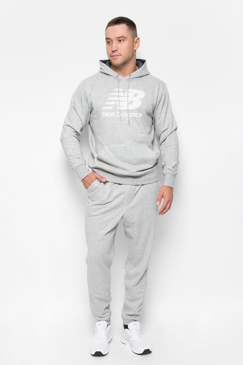 Брюки спортивные мужские New Balance, цвет: серый. MP63560/AG. Размер M (46/48)MP63560/AGУдобные мужские спортивные брюки New Balance великолепно подойдут для отдыха, повседневной носки, а также для занятий спортом. Модель прямого кроя и средней посадки изготовлена из хлопка с добавлением полиэстера, благодаря чему великолепно пропускает воздух, обладает высокой гигроскопичностью и превосходно сидит, обеспечивая вам комфорт даже во время интенсивных тренировок. Брюки имеют широкую эластичную резинку на поясе, объем талии регулируется при помощи шнурка-кулиски. Брючины дополнены трикотажными манжетами. Изделие дополнено двумя втачными карманами спереди, а также украшено принтом с изображением логотипа производителя.Эти модные и в то же время удобные брюки - настоящее воплощение комфорта. В них вы всегда будете чувствовать себя уверенно и уютно и непременно достигнете новых спортивных высот.