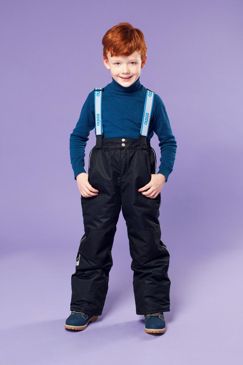 Брюки для мальчика OLDOS ACTIVE Вэйл, цвет: черный. 16/OA-1PT438-1. Размер 92, 2 года16/OA-1PT438Брюки для мальчика Oldos Active Вэйл созданы специально для маленьких непосед и их веселых игр на свежем морозном воздухе. Внешнее покрытие Teflon защищает от воды и грязи, обеспечивает дополнительную износостойкость и легкость в уходе (часто достаточно просто протереть мокрой тряпочкой). Специальная дышащая мембрана 5000/5000 обеспечивает водонепроницаемость и отвод влаги. Утеплитель HOLLOFAN PRO 150 г/м2 эффективно сохраняет тепло и согревает ребенка даже при очень низкой температуре воздуха (температурный режим от -30°С до +5°С), он гипоаллергенен, не впитывает запахи и влагу. Спинка модели съемная, с внутренней стороны отделана мягкой флисовой подкладкой. Скользящая подкладка позволяет с легкостью одевать брюки на любое термобелье или колготы. Колени и низ брючин укреплены дополнительным слоем ткани, помогающим избежать преждевременного износа. Широкие съемные лямки брюк регулируются по длине. Противоснежные муфты с антискользящей резинкой надежно защищают ребенка от мокрого снега и сильного ветра и гарантируют, что брючины не задерутся во время активных игр. Брюки застегиваются на молнию, на поясе есть кнопка и липучка, а также внутренняя резинка для лучшего прилегания. Для безопасных прогулок в темное время суток на брюки нанесены специальные светоотражающие элементы. Имеются два прорезных кармана на молнии.