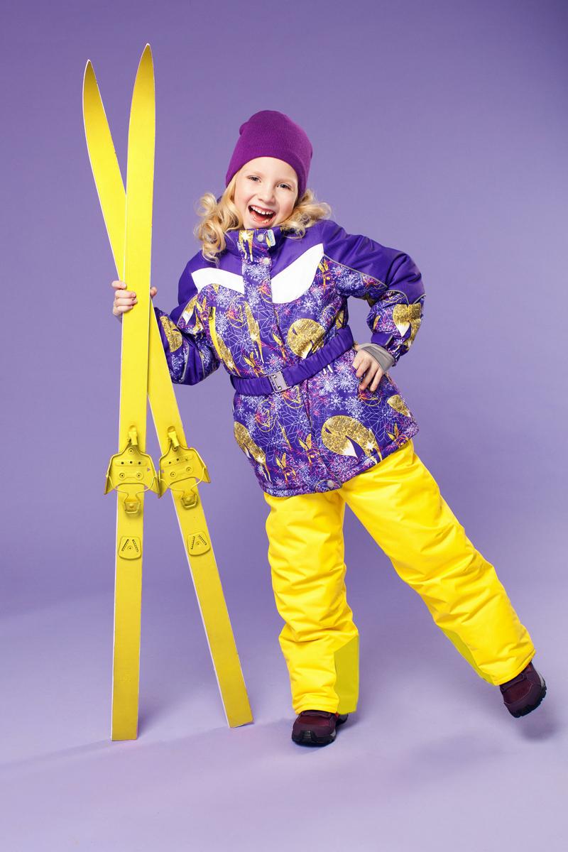Комплект одежды для девочки OLDOS ACTIVE Алиса: куртка, полукомбинезон, цвет: желтый, сиреневый. 16/OA-1SU421-1. Размер 92, 2 года16/OA-1SU421Долговечный и технологичный зимний костюм Алиса от OLDOS ACTIVE состоит из куртки и полукомбинезона. Костюм оснащен всем самым необходимым для комфортной носки. Верх выполнен из полиэстера, пропитка Teflon защищает от грязи и воды, увеличивает износостойкость и облегчает уход. Мембрана 5000/5000 обеспечивает водонепроницаемость, при этом одежда дышит. Гипоаллергенный утеплитель HOLLOFAN PRO 200 г/м2 в куртке и 150 г/м2 в полукомбинезоне тоньше обычного, зато эффективнее удерживает тепло. Температурный режим (-30°С...+5°С). Флисовая подкладка в области груди, спины, воротника и капюшона; в рукавах и полукомбинезоне - гладкий полиэстер для легкости одевания. Функционал куртки продуман до мелочей: двойная ветрозащитная планка по всей длине молнии с защитой подбородка, противоснежная юбка с антискользящей резинкой, регулируемые по ширине манжеты на рукавах, дополнительно в рукавах есть эластичная мягкая внутренняя манжета с отверстием для большого пальца, воротник-стойка, съемный капюшон с регулировкой объема. Низ куртки регулируется по ширине, внутренняя резинка по талии обеспечивает лучшее прилегание. С лицевой стороны куртки имеются прорезные карманы на молнии. Модель дополнена эластичным поясом. Полукомбинезон также очень удобен и комфортен: противоснежная муфта с антискользящей резинкой, усиления на коленях и внизу брючин в местах особого износа, внутренняя эластичная резинка на талии для лучшего прилегания, застежка на молнию, широкие эластичные регулируемые лямки, прорезные открытые карманы. Прогулки в этом костюме будут не только комфортными, но и безопасными: и на куртке, и на полукомбинезоне есть светоотражающие элементы, а в куртке имеется внутренний карман с нашивкой-потеряшкой, на которой можно написать имя девочки и телефоны родителей.