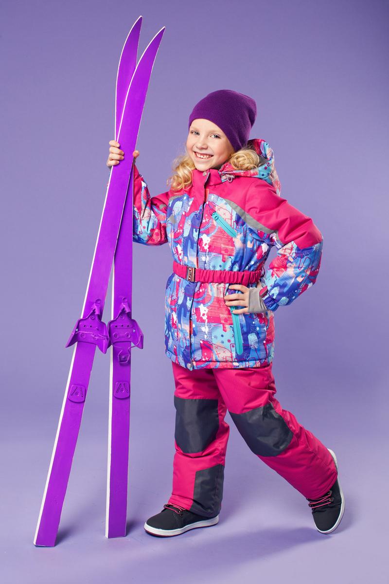Комплект одежды для девочки OLDOS ACTIVE Ариэль: куртка, полукомбинезон, цвет: фуксия, фиолетовый. 16/OA-1SU422-1. Размер 98, 3 года16/OA-1SU422Долговечный и технологичный зимний костюм Ариэль от OLDOS ACTIVE состоит из куртки и полукомбинезона. Костюм оснащен всем самым необходимым для комфортной носки. Верх выполнен из полиэстера, пропитка Teflon защищает от грязи и воды, увеличивает износостойкость и облегчает уход. Мембрана 5000/5000 обеспечивает водонепроницаемость, при этом одежда дышит. Гипоаллергенный утеплитель HOLLOFAN PRO 200 г/м2 в куртке и 150 г/м2 в полукомбинезоне тоньше обычного, зато эффективнее удерживает тепло. Температурный режим (-30°С...+5°С). Флисовая подкладка в области груди, спины, воротника и капюшона; в рукавах и полукомбинезоне - гладкий полиэстер для легкости одевания. Функционал куртки продуман до мелочей: двойная ветрозащитная планка по всей длине молнии с защитой подбородка, противоснежная юбка с антискользящей резинкой, регулируемые по ширине манжеты на рукавах, дополнительно в рукавах есть эластичная мягкая внутренняя манжета с отверстием для большого пальца, воротник-стойка, съемный капюшон с регулировкой объема. Низ куртки регулируется по ширине, внутренняя резинка по талии обеспечивает лучшее прилегание. С лицевой стороны куртки имеются прорезные карманы на молнии. Модель дополнена эластичным поясом. Полукомбинезон также очень удобен и комфортен: противоснежная муфта с антискользящей резинкой, усиления на коленях и внизу брючин в местах особого износа, внутренняя эластичная резинка на талии для лучшего прилегания, застежка на молнию, широкие эластичные регулируемые лямки, прорезные открытые карманы. Прогулки в этом костюме будут не только комфортными, но и безопасными: и на куртке, и на полукомбинезоне есть светоотражающие элементы, а в куртке имеется внутренний карман с нашивкой-потеряшкой, на которой можно написать имя девочки и телефоны родителей.