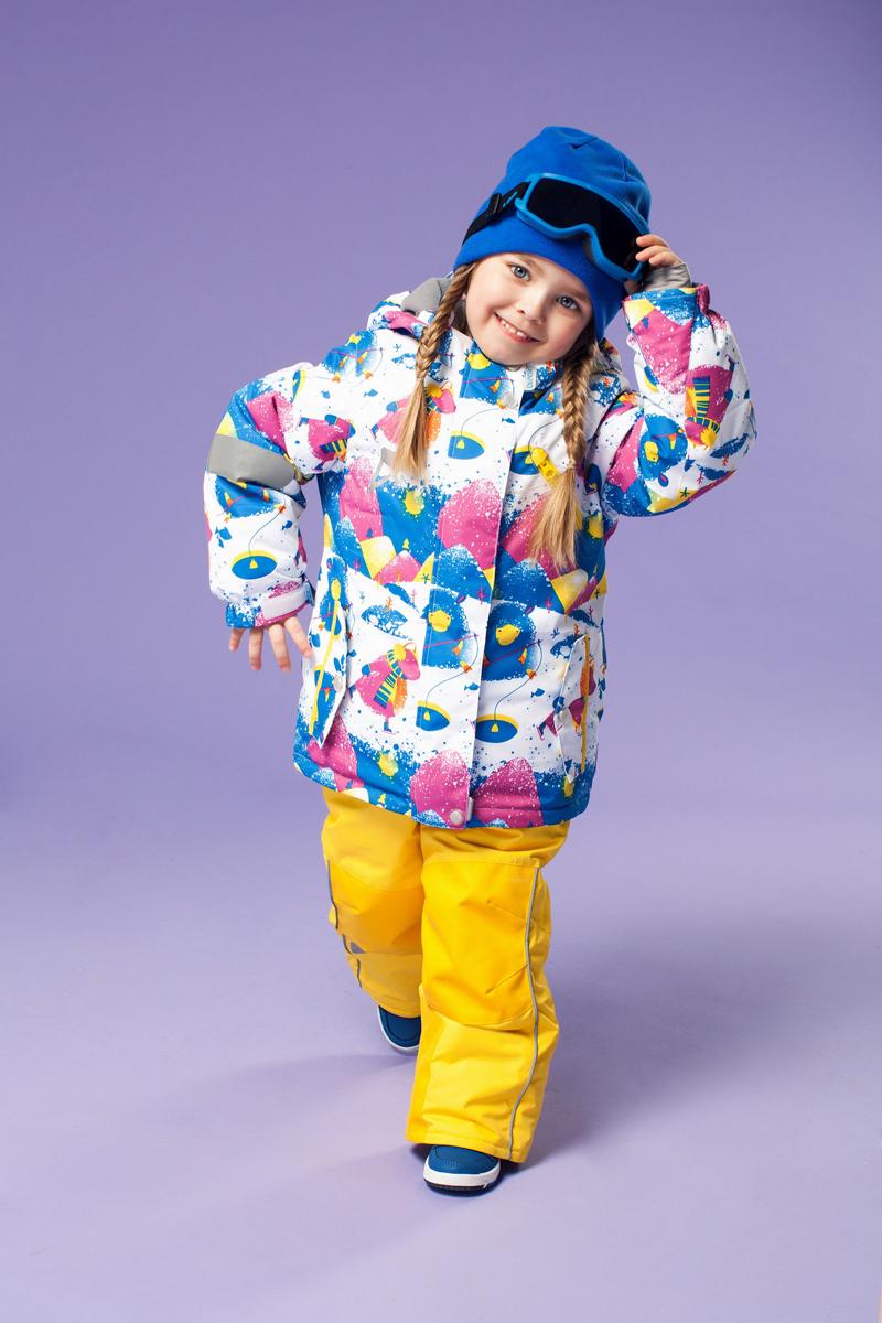 Комплект одежды для девочки OLDOS ACTIVE Лилита: куртка, полукомбинезон, цвет: сапфировый, желтый. 16/OA-1SU424. Размер 98, 3 года16/OA-1SU424Долговечный и технологичный зимний костюм Лилита от OLDOS ACTIVE состоит из куртки и полукомбинезона. Костюм оснащен всем самым необходимым для комфортной носки. Верх выполнен из полиэстера, пропитка Teflon защищает от грязи и воды, увеличивает износостойкость и облегчает уход. Мембрана 5000/5000 обеспечивает водонепроницаемость, при этом одежда дышит. Гипоаллергенный утеплитель HOLLOFAN PRO 200 г/м2 в куртке и 150 г/м2 в полукомбинезоне тоньше обычного, зато эффективнее удерживает тепло. Температурный режим (-30°С...+5°С). Флисовая подкладка в области груди, спины, воротника и капюшона; в рукавах и полукомбинезоне - гладкий полиэстер для легкости одевания. Функционал куртки продуман до мелочей: двойная ветрозащитная планка по всей длине молнии с защитой подбородка, противоснежная юбка с антискользящей резинкой, регулируемые по ширине манжеты на рукавах, дополнительно в рукавах есть эластичная мягкая внутренняя манжета с отверстием для большого пальца, воротник-стойка, съемный капюшон с регулировкой объема. Низ куртки регулируется по ширине, внутренняя резинка по талии обеспечивает лучшее прилегание. С лицевой стороны куртки имеются прорезные карманы на молнии. Полукомбинезон также очень удобен и комфортен: противоснежная муфта с антискользящей резинкой, усиления на коленях и внизу брючин в местах особого износа, внутренняя эластичная резинка на талии для лучшего прилегания, застежка на молнию, широкие эластичные регулируемые подтяжки, прорезные открытые карманы. Прогулки в этом костюме будут не только комфортными, но и безопасными: и на куртке, и на полукомбинезоне есть светоотражающие элементы, а в куртке имеется внутренний карман с нашивкой-потеряшкой, на которой можно написать имя девочки и телефоны родителей.