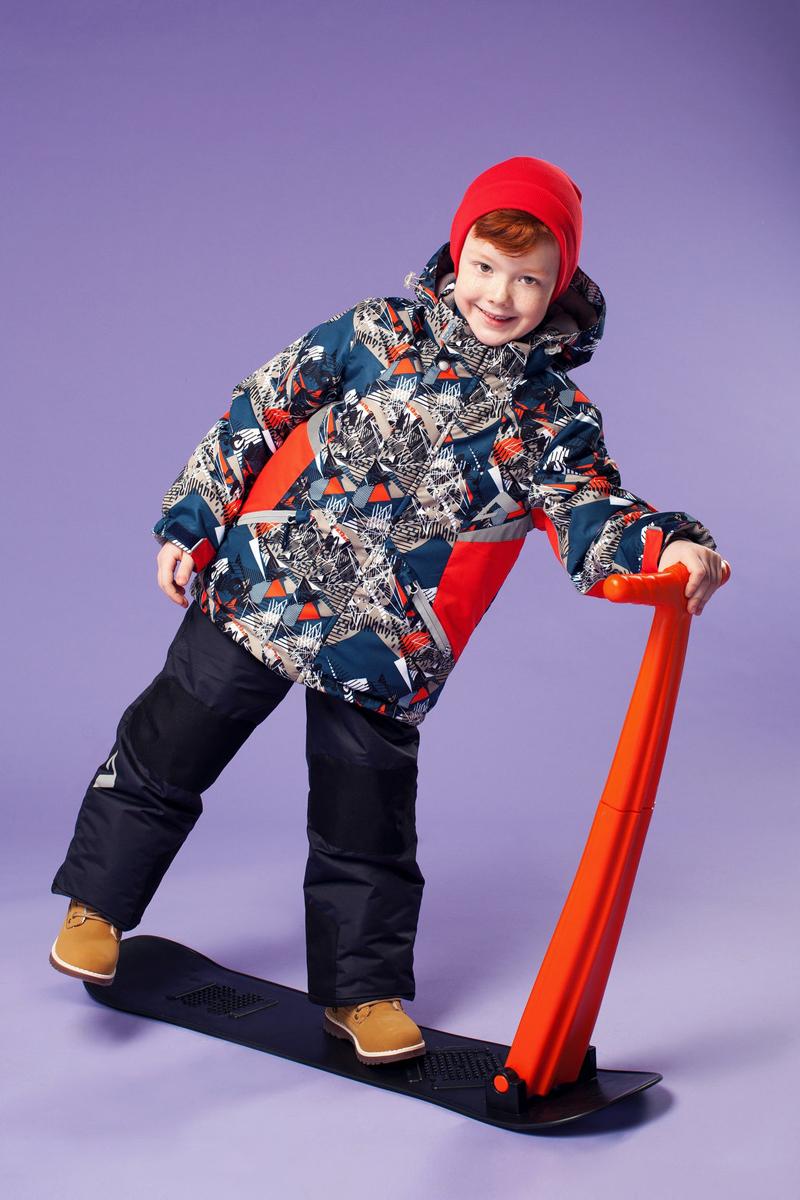 Комплект одежды для мальчика OLDOS ACTIVE Аркел: куртка, полукомбинезон, цвет: синий, красный. 16/OA-1SU427-1. Размер 98, 3 года16/OA-1SU427Долговечный и технологичный зимний костюм Аркел от OLDOS ACTIVE состоит из куртки и полукомбинезона. Покрытие Teflon на ткани костюма надежно защищает его от снега и грязи, увеличивает износостойкость и облегчает уход за изделием. Мембрана 5000/5000 обеспечивает водонепроницаемость, выведение влаги и комфорт. Гипоаллергенный утеплитель HOLLOFAN PRO плотностью 200 г/м2 в куртке и 150 г/м2 в штанах тоньше обычного, зато эффективнее удерживает тепло. Температурный режим -30°С...+5°С. На спинке, груди, воротнике-стойке и в съемном капюшоне куртки есть мягкая, приятная на ощупь флисовая подкладка, помогающая мембранной ткани работать в полную силу. В рукавах куртки и полукомбинезоне - гладкий полиэстер для легкости одевания. Функционал куртки продуман до мелочей: двойная ветрозащитная планка по всей длине молнии с защитой подбородка, противоснежная юбка с антискользящей резинкой, регулируемые манжеты на липучке и резинке, эластичная мягкая внутренняя манжета с отверстием для большого пальца, воротник-стойка, съемный капюшон с регулировкой объема, врезные карманы на молнии, внутренний карман с липучкой, регулировка по низу куртки. Полукомбинезон также очень практичен: застежка-молния, открытые карманы без молний, широкие эластичные регулируемые подтяжки, внутренняя эластичная резинка на талии для лучшего прилегания, противоснежная муфта с антискользящей резинкой, усиления на коленях и внизу брючин в местах особого износа. Кроме того, в этом костюме есть все, что нужно для безопасных прогулок даже в темное время суток: светоотражающие элементы на куртке и на брюках, а также нашивка-потеряшка, на которой можно написать имя малыша и телефоны родителей.