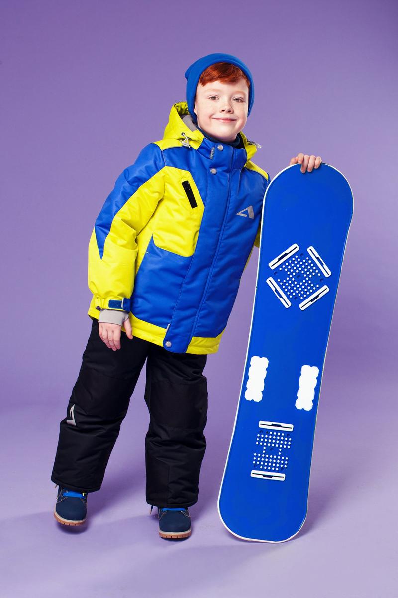 Комплект одежды для мальчика OLDOS ACTIVE Ларс: куртка, полукомбинезон, цвет: ярко-синий, ярко-салатовый. 16/OA-1SU431-1. Размер 98, 3 года16/OA-1SU431Долговечный и технологичный зимний костюм Ларс от OLDOS ACTIVE состоит из куртки и комбинезона. Покрытие Teflon на ткани костюма надежно защищает его от снега и грязи, увеличивает износостойкость и облегчает уход за изделием. Мембрана 5000/5000 обеспечивает водонепроницаемость, выведение влаги и комфорт. Гипоаллергенный утеплитель HOLLOFAN PRO плотностью 200 г/м2 в куртке и 150 г/м2 в штанах тоньше обычного, зато эффективнее удерживает тепло. Температурный режим -30°С...+5°С. На спинке, груди, воротнике-стойке и в съемном капюшоне куртки есть мягкая, приятная на ощупь флисовая подкладка, помогающая мембранной ткани работать в полную силу. В рукавах куртки и полукомбинезоне - гладкий полиэстер для легкости одевания. Функционал куртки продуман до мелочей: двойная ветрозащитная планка по всей длине молнии с защитой подбородка, противоснежная юбка с антискользящей резинкой, регулируемые манжеты на липучке и резинке, эластичная мягкая внутренняя манжета с отверстием для большого пальца, воротник-стойка, съемный капюшон с регулировкой объема, врезные карманы на молнии, внутренний карман с липучкой, регулировка по низу куртки. Полукомбинезон также очень практичен: застежка-молния, открытые карманы без молний, широкие эластичные регулируемые подтяжки, внутренняя эластичная резинка на талии для лучшего прилегания, противоснежная муфта с антискользящей резинкой, усиления на коленях и внизу брючин в местах особого износа. Кроме того, в этом костюме есть все, что нужно для безопасных прогулок даже в темное время суток: светоотражающие элементы на куртке и на брюках, а также нашивка-потеряшка, на которой можно написать имя малыша и телефоны родителей.