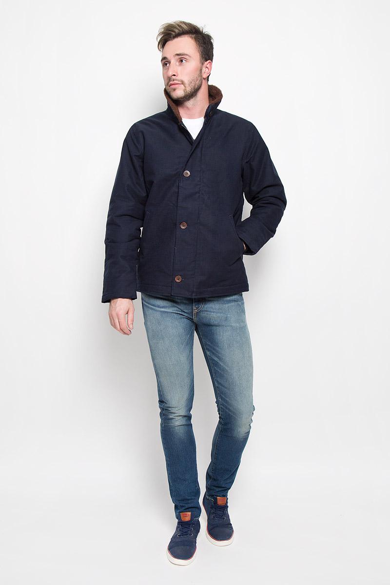 Куртка мужская Levis®, цвет: темно-синий. 2768900010. Размер S (44)2768900010Стильная мужская куртка Levis® превосходно подойдет для прохладных дней. Куртка выполнена из качественного хлопка с теплой подкладкой из шерсти, она отлично защищает от дождя, снега и ветра, а наполнитель из полиэстера превосходно сохраняет тепло. Модель с длинными рукавами и отложным воротником застегивается на застежку-молнию спереди и имеет ветрозащитный клапан на пуговицах. Изделие дополнено двумя втачными карманами спереди. Рукава дополнены манжетными резинками, для большей защищенности рук от холода. Воротник и и подкладка выполнены из шерсти.Эта модная и в то же время комфортная куртка согреет вас в холодное время года и отлично подойдет как для прогулок, так и для активного отдыха.