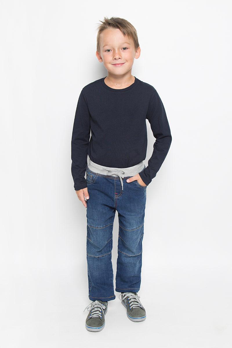 Джинсы для мальчика Sela Denim, цвет: синий. PJ-735/452-6342. Размер 98, 3 годаPJ-735/452-6342Стильные утепленные джинсы для мальчика Sela Denim идеально подойдут вашему малышу для отдыха и прогулок. Изготовленные из натурального хлопка с небольшим добавлением полиэстера, они необычайно мягкие и приятные на ощупь, не сковывают движения и позволяют коже дышать, не раздражают даже самую нежную и чувствительную кожу ребенка, обеспечивая ему наибольший комфорт. Подкладка выполнена из 100% хлопка. Джинсы прямого покроя имеют широкую эластичную резинку со шнурком на талии и имитацию ширинки. Модель имеет классический пятикарманный крой: спереди - два втачных кармана и один маленький накладной, а сзади - два накладных кармана. Оформлены джинсы легким эффектом потертости, контрастной прострочкой и декоративными швами на коленках. Оригинальный современный дизайн и расцветка делают эти джинсы модным и стильным предметом детского гардероба. В них ваш маленький модник всегда будет в центре внимания!