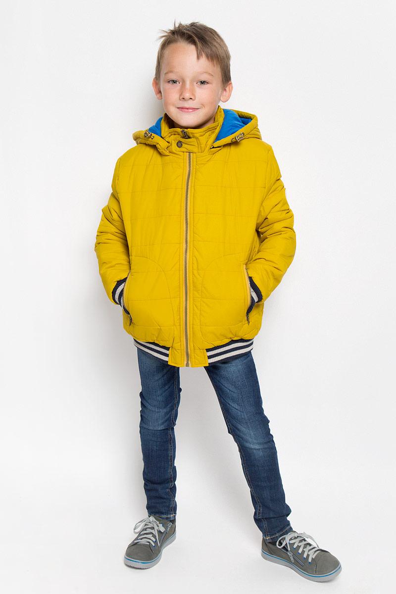 Куртка для мальчика Sela, цвет: горчичный. Cp-826/101-6312. Размер 128, 8 летCp-826/101-6312Модная куртка Sela согреет вашего мальчика в прохладную погоду и позволит ему выделиться из толпы. Модель выполнена из 100% нейлона. Подкладка и утеплитель из 100% полиэстера сохранят тепло. Модель с воротником-стойкой застегивается на пластиковую застежку-молнию, сверху - на хлястик с застежкой-кнопкой. Съемный капюшон, дополненный эластичным шнурком со стопперами, пристегивается в куртке с помощью застежки-молнии. Задняя часть капюшона оснащена хлястиком с застежками-кнопками. Спереди куртка дополнена двумя прорезными карманами с застежками-молниями. Манжеты рукавов и низ модели дополнены эластичными резинками. Один из рукавов оформлен светоотражающей нашивкой. Светоотражающие вставки увеличивают безопасность вашего мальчика в темное время суток. Такая модная куртка займет достойное место в гардеробе вашего мальчика, в ней ему будет удобно и комфортно.