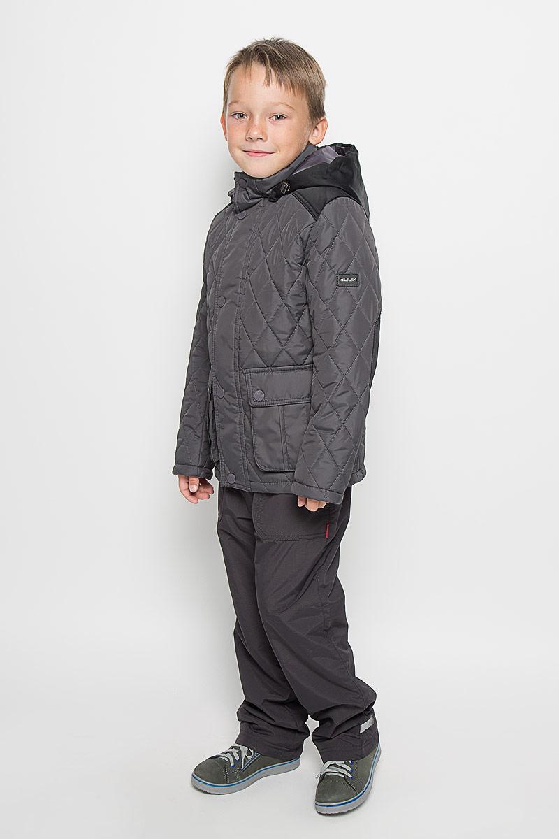Куртка для мальчика Boom!, цвет: серый. 64062_BOB_вар.1. Размер 128, 7-8 лет64062_BOB_вар.1Стильная стеганая куртка Boom! идеально подойдет для вашего мальчика в прохладное время года. Модель изготовлена из 100% полиэстера. Подкладка, выполненная из полиэстера с добавлением вискозы, приятная на ощупь. В качестве утеплителя используется синтепон - 100% полиэстер.Куртка с воротником-стойкой застегивается на застежку-молнию и оснащена ветрозащитным клапаном на кнопках. Съемный капюшон фиксируется с помощью пуговиц и дополнен эластичным шнурком с металлическими стопперами. Изделие дополнено спереди двумя накладными карманами с клапанами на кнопках. Нижняя часть спинки оформлена фирменной светоотражающей нашивкой, один из рукавов - нашивкой с названием бренда. Хлястики с кнопками по бокам позволяют отрегулировать нужный объем. Такая стильная куртка станет прекрасным дополнением к гардеробу вашего мальчика, она подарит комфорт и тепло.