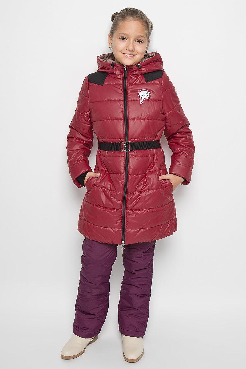 Пальто для девочки Boom!, цвет: темно-красный. 64050_BOG_вар.2. Размер 110, 5-6 лет64050_BOG_вар.2Модное пальто Boom! станет отличным дополнением к гардеробу вашей дочурки. Пальто изготовлено из 100% полиэстера, подкладка - из полиэстера с добавлением вискозы. В качестве утеплителя используется синтепон - 100% полиэстер. Пальто с капюшоном, дополненным эластичным шнурком со стопперами, застегивается на застежку-молнию. По бокам расположены прорезные карманы. Манжеты рукавов можно подворачивать. Нижняя часть модели с внутренней стороны присборена на эластичные резинки. На груди изделие оформлено декоративной нашивкой, один из рукавов и нижняя часть спинки - светоотражающими фирменными нашивками. Пальто дополнено эластичным поясом с металлической застежкой. Такое стильное пальто станет прекрасным дополнением к гардеробу вашей девочки, оно подарит комфорт и тепло.