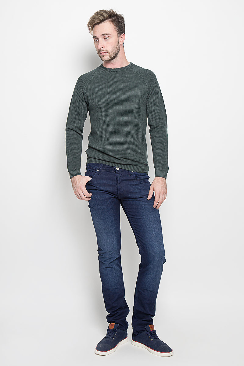 Джинсы мужские Lee Powell, цвет: темно-синий. L704WVDR. Размер 38-34 (54-34)L704WVDRМужские джинсы Lee Powell станут стильным дополнением к вашему гардеробу. Изготовленные из хлопка с добавлением эластомультиэстера, они мягкие, тактильно приятные, позволяют коже дышать.Джинсы застегиваются по поясу на металлическую пуговицу и имеют ширинку на пуговицах, а также шлевки для ремня. Спереди расположены два втачных кармана и один маленький накладной, сзади - два накладных кармана. Изделие оформлено легким эффектом потертости.Современный дизайн и расцветка делают эти джинсы модным предметом мужской одежды. Такая модель подарит вам комфорт в течение всего дня.