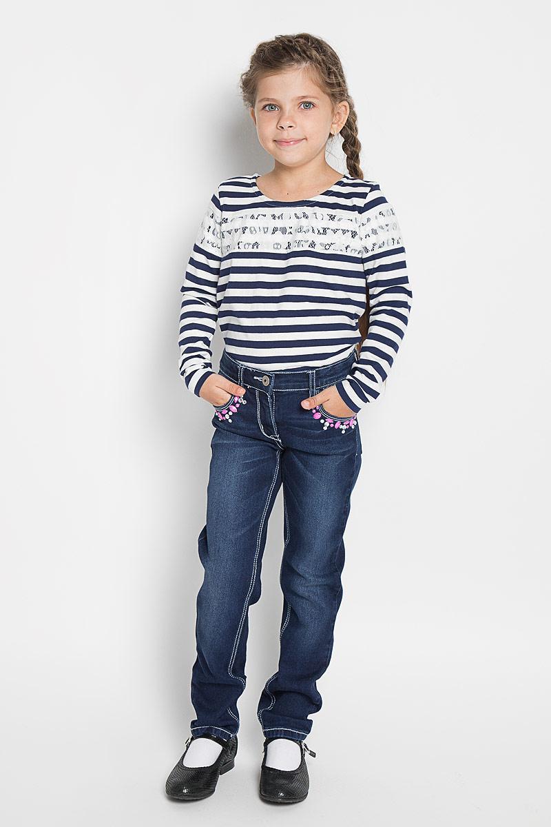 Джинсы для девочки PlayToday, цвет: темно-синий. 362076. Размер 110, 5 лет362076Удобные джинсы PlayToday для девочки идеально подойдут вашей маленькой моднице. Изготовленные из эластичного хлопка с добавлением полиэстера, они мягкие и приятные на ощупь, не сковывают движения, сохраняют тепло и позволяют коже дышать, обеспечивая наибольший комфорт. Джинсы прямого покроя на талии застегиваются на металлическую пуговицу, также имеются ширинка на застежке-молнии и шлевки для ремня. С внутренней стороны пояс регулируется резинкой на пуговицах. Спереди джинсы дополнены двумя втачными карманами со скошенными краями, а сзади - двумя накладными карманами. Передние карманы украшены крупными стразами.Современный дизайн и расцветка делают эти джинсы стильным и практичным предметом детского гардероба. В них ваш ребенок всегда будет в центре внимания!