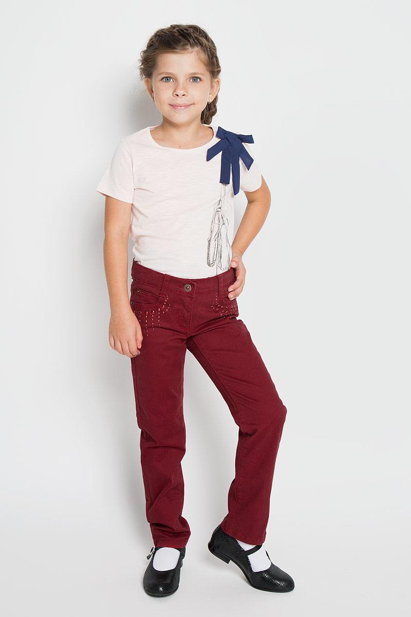 Джинсы для девочки PlayToday, цвет: красный. 362010. Размер 98, 3 года362010Удобные джинсы PlayToday для девочки идеально подойдут вашей маленькой моднице. Изготовленные из эластичного хлопка, они мягкие и приятные на ощупь, не сковывают движения, сохраняют тепло и позволяют коже дышать, обеспечивая наибольший комфорт. Джинсы прямого покроя на талии застегиваются на металлическую пуговицу, также имеются ширинка на застежке-молнии и шлевки для ремня. С внутренней стороны пояс регулируется резинкой на пуговицах. Спереди джинсы дополнены двумя втачными карманами со скошенными краями и маленьким накладным кармашком, а сзади - двумя накладными карманами. Передние карманы украшены металлическими клепками разных размеров.Современный дизайн и расцветка делают эти джинсы стильным и практичным предметом детского гардероба. В них ваш ребенок всегда будет в центре внимания!