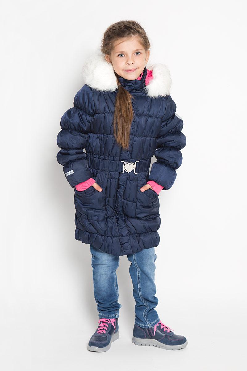 Пальто для девочки PlayToday, цвет: темно-синий. 362102. Размер 110, 5 лет362102Стильное пальто для девочки PlayToday идеально подойдет для ребенка в прохладное время года. Модель изготовлена из водоотталкивающей и ветрозащитной ткани и утеплена синтепоном (100% полиэстер). Эластичная стежка создает отличную посадку по фигуре и увеличивает теплозащитные свойства.Пальто с капюшоном и небольшим воротником-стойкой застегивается на застежку-молнию с ветрозащитным клапаном на кнопках и дополнительно имеет внутренний ветрозащитный клапан, а также защиту подбородка. Капюшон оформлен искусственным мехом и в случае необходимости его можно отстегнуть. Низ рукавов дополнен эластичными манжетами, не стягивающими запястья. Низ изделия собран на резинку. Спереди модель дополнена двумя накладными карманами. На внутренней стороне изделия расположен небольшой накладной карман на липучке. Рукав оформлен фирменной светоотражающей нашивкой. Пальто дополнено съемным эластичным поясом.Такое стильное пальто станет прекрасным дополнением гардеробу вашей девочки, оно подарит комфорт и тепло.