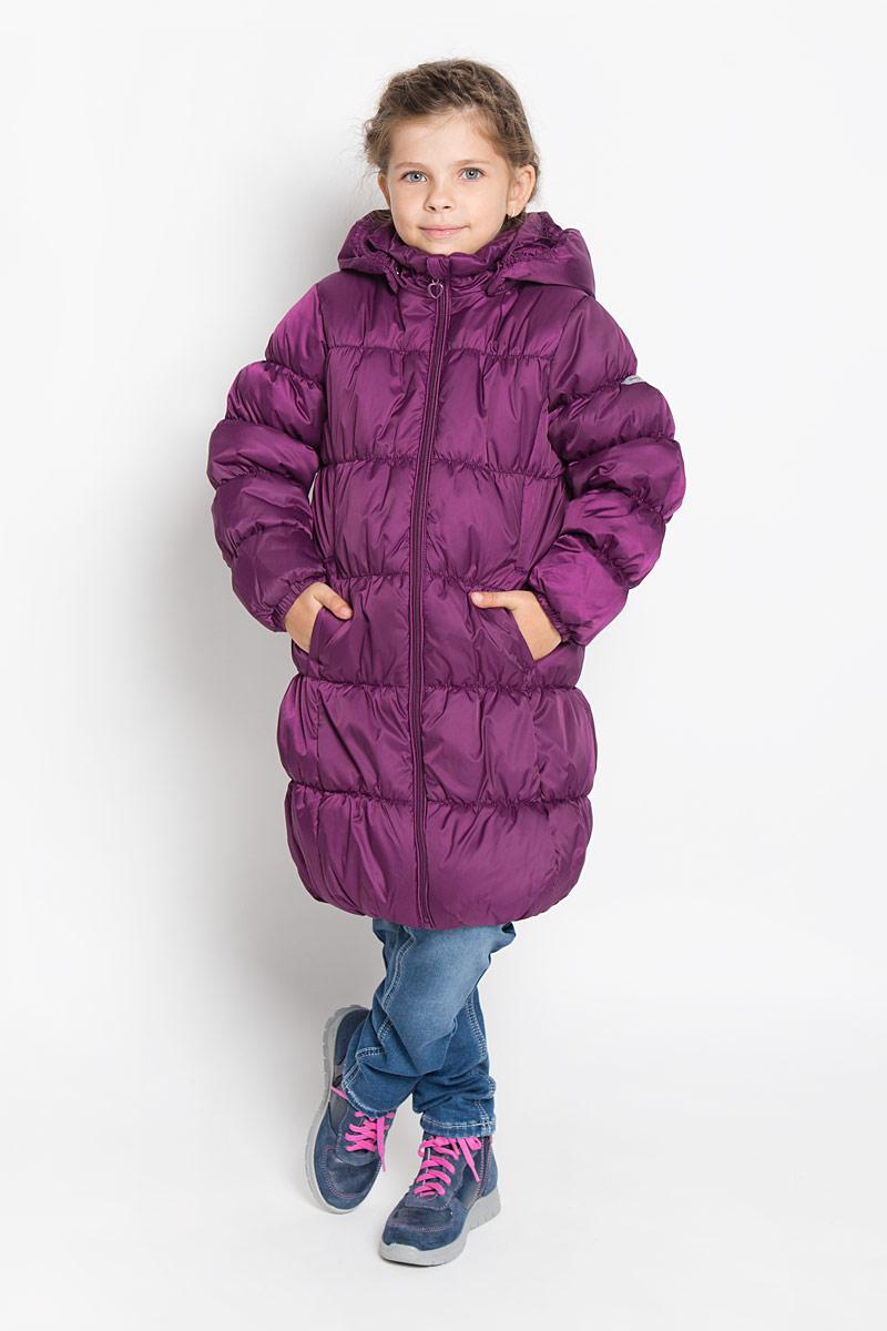 Пальто для девочки PlayToday, цвет: сливовый. 362051. Размер 98, 3 года362051Стильное пальто для девочки PlayToday идеально подойдет для ребенка в прохладное время года. Модель изготовлена из водоотталкивающей и ветрозащитной ткани и утеплена синтепоном (100% полиэстер). Эластичная стежка создает отличную посадку по фигуре и увеличивает теплозащитные свойства.Пальто с капюшоном и небольшим воротником-стойкой застегивается на застежку-молнию и дополнительно имеет внутренний ветрозащитный клапан, а также защиту подбородка. Капюшон в случае необходимости можно отстегнуть. Манжеты рукавов дополнены эластичной резинкой. Низ изделия и внутренний край капюшона собраны на резинку. Спереди изделие дополнено двумя втачными карманами. Низ спинки оформлен фирменной светоотражающей нашивкой.Такое стильное пальто станет прекрасным дополнением гардеробу вашей девочки, оно подарит комфорт и тепло.