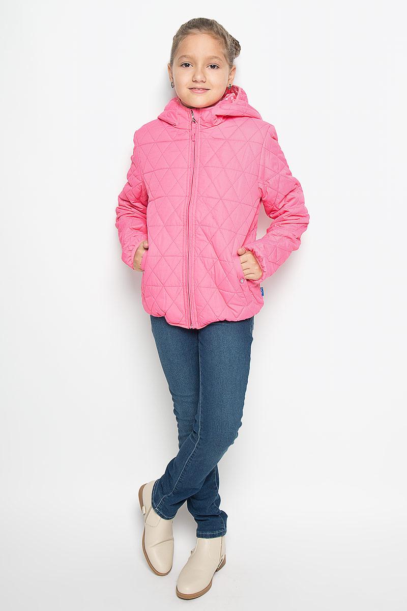 Куртка для девочки Button Blue, цвет: розовый. 116BBGB4102. Размер 104, 4 года116BBGB4102Стильная куртка для девочки Button Blue идеально подойдет вашей моднице в прохладное время года. Куртка изготовлена из водоотталкивающей и ветрозащитной ткани с утеплителем из 100% полиэстера, а на подкладке используется натуральный хлопок. Стеганая куртка с капюшоном застегивается на пластиковую застежку-молнию с защитой подбородка, благодаря чему ее легко одевать и снимать, и дополнительно имеет внутренний ветрозащитный клапан. Капюшон не отстегивается. Края капюшона, низ рукавов и низ изделия оформлены эластичной окантовкой. Спереди имеются два прорезных кармана на кнопках. Подкладка капюшона оформлена принтом с мелким изображением сердечек. Комфортная, удобная и теплая куртка идеально подойдет для прогулок и игр на свежем воздухе!