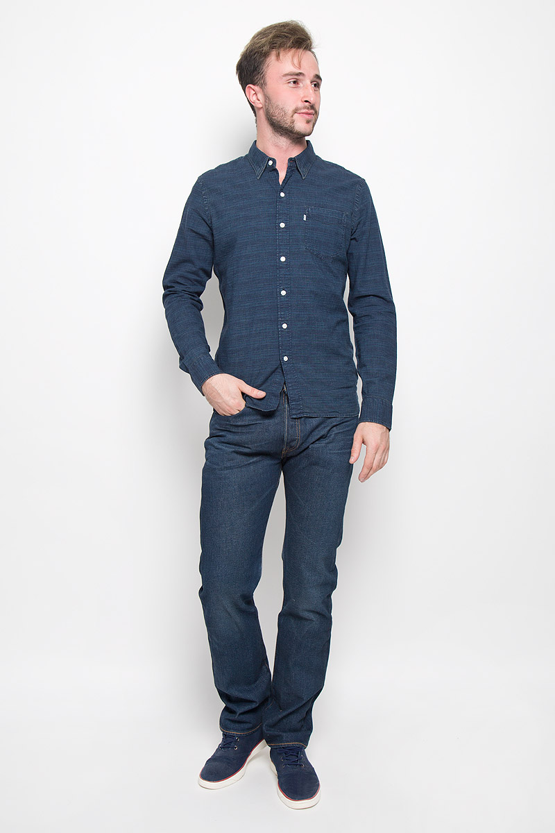 Рубашка мужская Levis®, цвет: темно-синий. 6582402670. Размер S (44)6582402670Классическая мужская рубашка Levis® прекрасно подойдет для повседневной носки. Изделие выполнено из натурального хлопка, необычайно мягкое и приятное на ощупь, не сковывает движения и хорошо пропускает воздух. Рубашка с отложным воротником и длинными рукавами застегивается спереди на пуговицы. Модель оснащена одним нагрудным карманом. Манжеты рукавов также дополнены застежками-пуговицами. Изделие оформлено интересным принтом. Такая рубашка будет дарить вам комфорт в течение всего дня и станет стильным дополнением к вашему гардеробу.