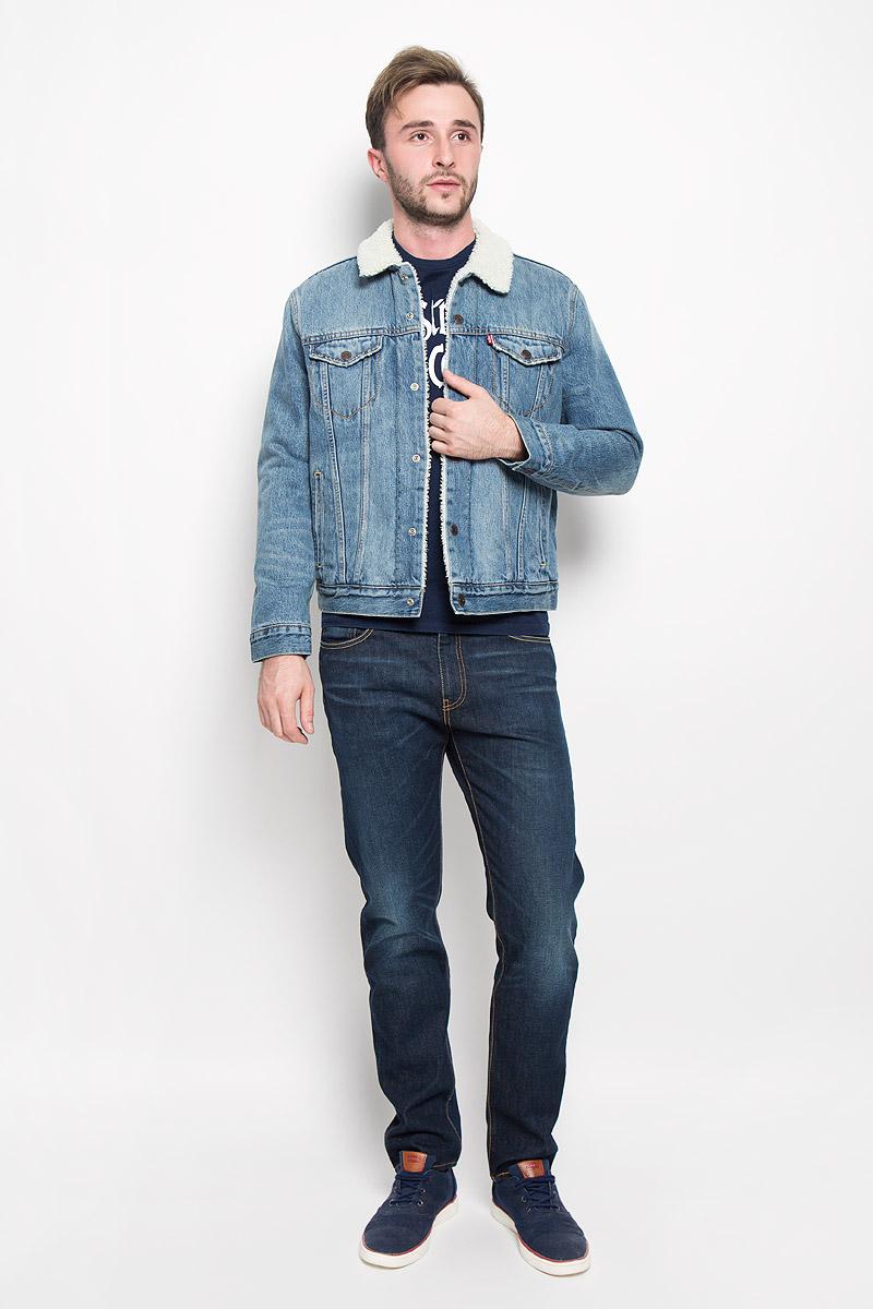 Куртка мужская Levis®, цвет: серый, синий. 1636500290. Размер M (46)1636500290Стильная мужская джинсовая куртка Levis® - отличный вариант для прохладной погоды. Модель с отложным воротником и длинными рукавами застегивается на металлические кнопки с логотипом бренда. Подкладка и воротник выполнены из искусственного меха, имитирующего овчину. На груди куртка дополнена двумя прорезными карманами с клапанами на кнопках, один в нутренний без застежки. Внизу спереди расположены два открытых втачных кармана. Рукава оформлены манжетами, застегивающимися на кнопки. Ширина низа регулируется с помощью кнопок по бокам куртки.