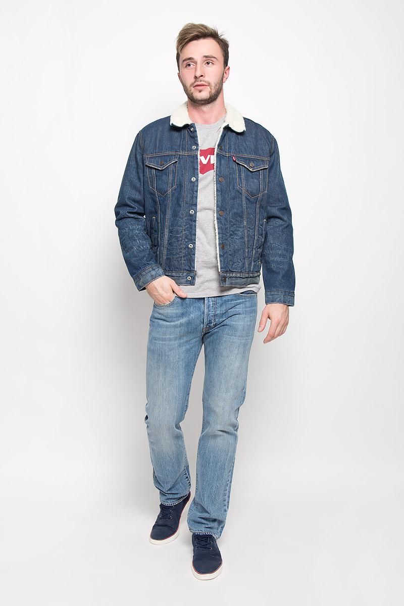 Куртка мужская Levis®, цвет: темно-синий. 1636500340. Размер M (46)1636500340Стильная мужская джинсовая куртка Levis® - отличный вариант для прохладной погоды. Модель с отложным воротником и длинными рукавами застегивается на металлические кнопки с логотипом бренда. Подкладка и воротник выполнены из искусственного меха, имитирующего овчину. На груди куртка дополнена двумя прорезными карманами с клапанами на кнопках, один внутренний без застежки. Также спереди расположены два открытых втачных кармана. Рукава понизу оформлены широкими манжетами, также застегивающимися на кнопки. Изделие оформлено эффектом потертости.Эта куртка - практичная вещь, которая, несомненно, впишется в ваш гардероб, в ней вы будете чувствовать себя уютно и комфортно.