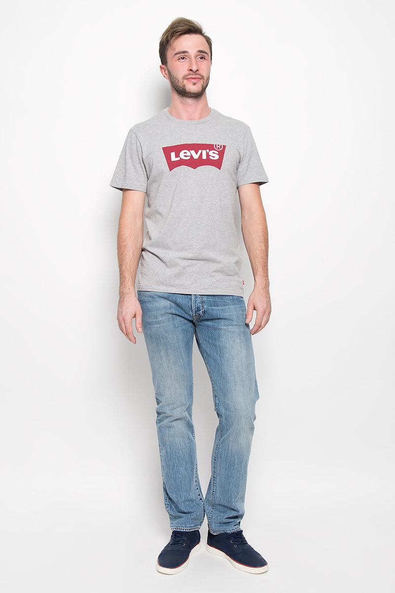Джинсы мужские Levis® 501, цвет: голубой. 50121890. Размер 30-32 (46-32)50121890Мужские джинсы Levis® 501, выполненные из качественного денима, станут отличным дополнением к вашему гардеробу. Ткань плотная, тактильно приятная, позволяет коже дышать. Джинсы прямого кроя дополнены фирменной застежкой на пуговицах. На поясе предусмотрены шлевки для ремня. Модель имеет классический пятикарманный крой: спереди - два втачных кармана и один маленький накладной, а сзади - два накладных кармана. Изделие оформлено легким эффектом искусственного состаривания денима: перманентными складками. Украшены джинсы металлическими клепками и прострочкой.Отличное качество, дизайн и расцветка делают эти джинсы стильным и модным предметом мужской одежды. Легендарные джинсы Levis® 501 символизируют полную свободу самовыражения.