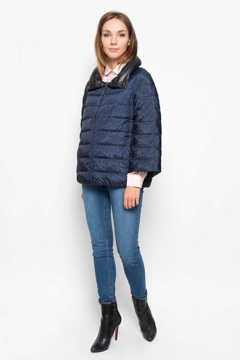 Куртка женская Finn Flare, цвет: черный, синий. A16-32056_200. Размер M (46)A16-32056_200Стильная женская куртка Finn Flare, выполненная из полиэстера на утеплителе из пуха, отлично подойдет для прохладной погоды. Модель с воротником-стойкой и рукавами длинной 7/8 спереди застегивается на застежку-молнию. По воротнику изделие застегивается на две кнопки. Изделие дополнено двумя прорезными карманами. На внутренней стороне изделия расположено два накладных кармана.Эта модная куртка послужит отличным дополнением к вашему гардеробу!