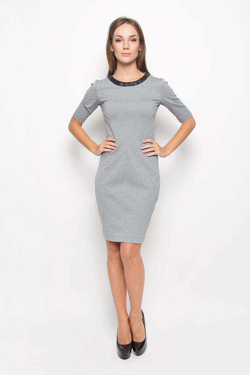 Платье Calvin Klein Jeans, цвет: серый. J20J200779_0250. Размер M (44/46)A16-12109_110Платье Calvin Klein Jeans поможет создать стильный образ. Платье изготовлено из полиэстера с добавлением вискозы и эластана, тактильно приятное, хорошо пропускает воздух. Платье-миди с круглым вырезом горловины и короткими рукавами застегивается по спинке на застежку-молнию. Модель оформлена декоративными элементами по горловине и низу, а также вышитым логотипом бренда на левом рукаве.Стильный дизайн и высокое качество исполнения принесут удовольствие от покупки. Модель подарит вам комфорт в течение всего дня!