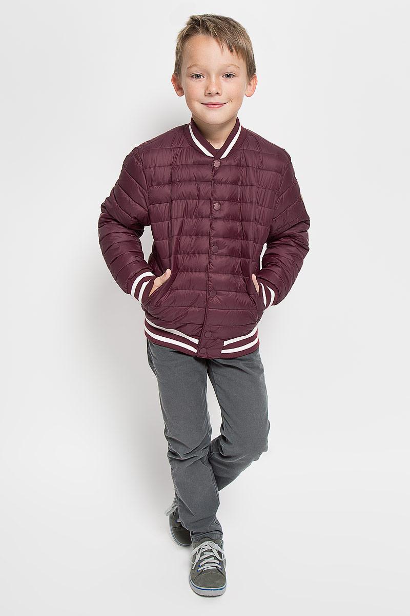 Куртка для мальчика Tom Tailor, цвет: бордовый. 3532736.00.30_4663. Размер 1283532736.00.30_4663Стеганая куртка для мальчика Tom Tailor дополнит образ маленького модника в прохладную погоду. Куртка изготовлена из водоотталкивающего материала. Материал изделия очень приятный на ощупь. В качестве утеплителя используется полиэстер.Куртка-бомбер с круглым вырезом горловины и длинными рукавами застегивается на пластиковую молнию. Модель оснащена двумя ветрозащитными планками. Внешняя планка имеет застежки-кнопки. Вырез горловины и низ изделия дополнены трикотажными резинками с контрастными полосками. На рукавах предусмотрены мягкие эластичные манжеты, оформленные полосками контрастного цвета. Спереди расположены два удобных прорезных кармана. Куртка имеет с внутренней стороны накладной карман на застежке-липучке. На рукаве изделие украшено фирменной нашивкой.Стильная модель великолепно выглядит на прогулке, в школе или на активном отдыхе!