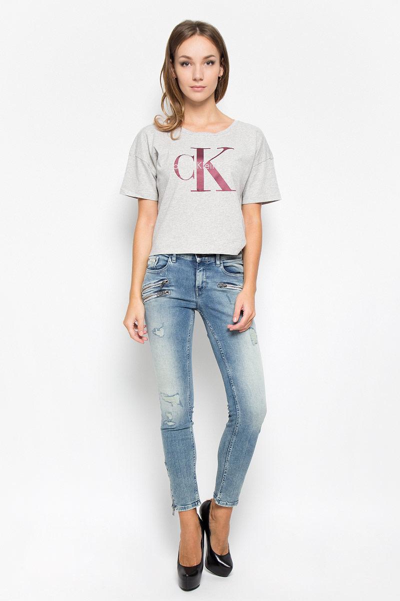 Джинсы женские Calvin Klein Jeans, цвет: серо-голубой. J20J200091_9133. Размер 26 (42)A16-12135_201Женские джинсы Calvin Klein Jeans изготовлены из хлопка с добавлением полиэстера и эластана. Они мягкие и приятные на ощупь, не стесняют движений и позволяют коже дышать, обеспечивая комфорт при носке.Джинсы-скинни застегиваются на металлическую пуговицу и имеют ширинку на застежке-молнии. На поясе предусмотрены шлевки для ремня. Спереди расположены два втачных кармана и один маленький накладной, сзади - два накладных кармана. Спереди джинсы оформлены декоративными молниями. Низ брючин дополнен застежками-молниями. Модель оформлена потертостями и рваным эффектом.Высокое качество кроя и пошива, актуальный дизайн и расцветка придают изделию неповторимый стиль и индивидуальность. Джинсы займут достойное место в вашем гардеробе!