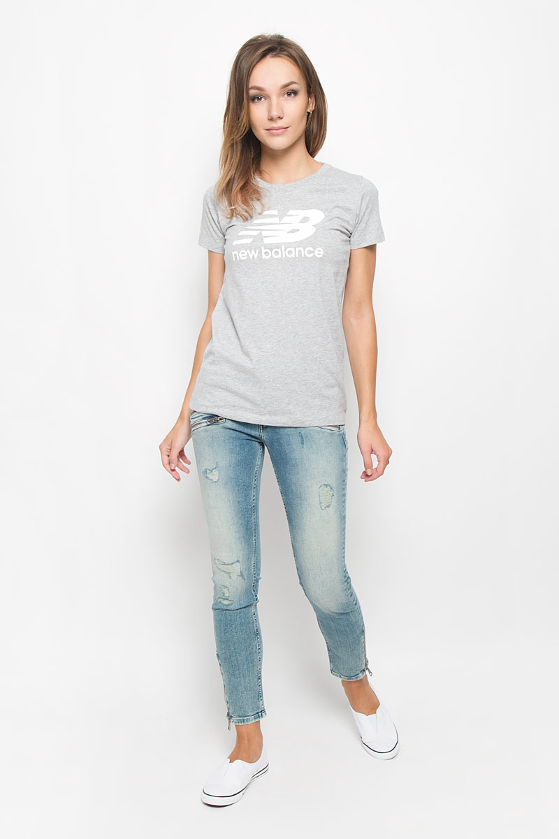 Футболка женская New Balance, цвет: серый. WT53860/AG. Размер S (44)WT53860/AGСтильная женская футболка New Balance, выполненная из хлопка с добавлением полиэстера, поможет создать отличный современный образ в стиле Casual. Футболка с круглым вырезом горловины и короткими рукавами. Модель оформлена термоаппликацией в виде фирменного логотипа.Такая футболка станет стильным дополнением к вашему гардеробу, она подарит вам комфорт в течение всего дня!