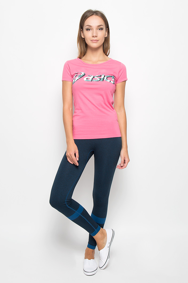 Футболка женская Asics Graphic Ss Top, цвет: розовый. 134777-0656. Размер XS (40/42)134777-0656Женская футболка Asics Graphic Ss Top выполнена из хлопка с добавлением полиэстера. Материал тактильно приятный, не стесняет движений, обеспечивая комфорт при носке. Модель с короткими рукавами и круглым вырезом горловины имеет приталенный силуэт. Спереди футболка украшена принтом с логотипом и названием бренда. Такая футболка отличноподходит для тренировочной экипировки, а также для повседневной носки.