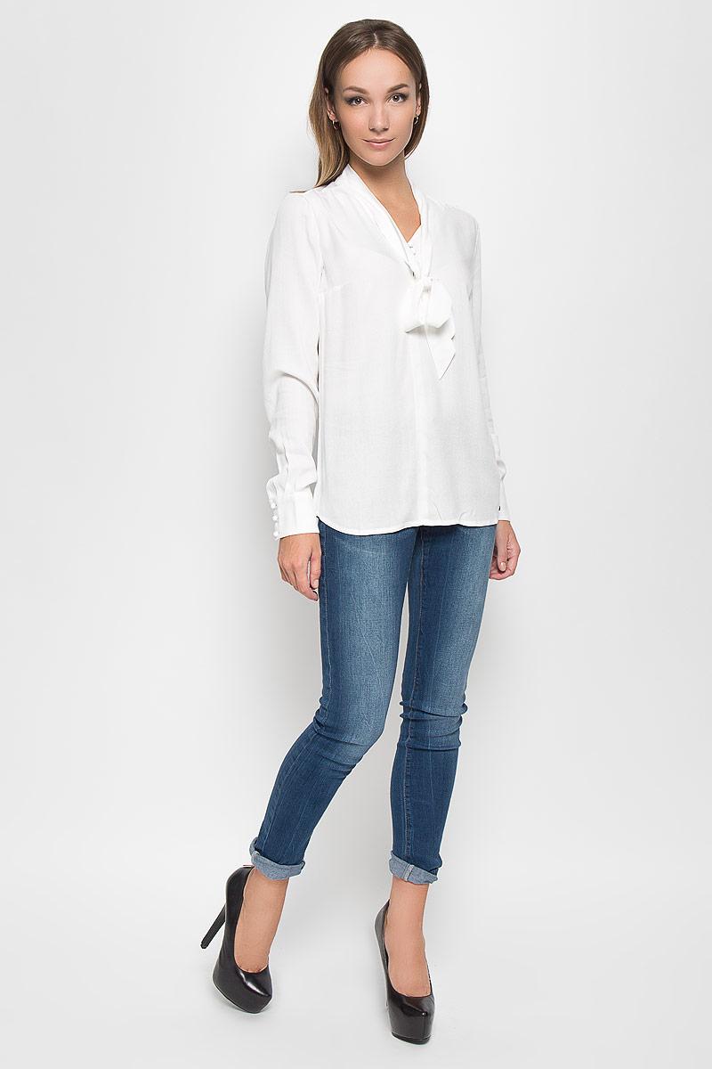 Блузка женская Finn Flare, цвет: белый. A16-11083_201. Размер XL (50)A16-11083_201Стильная женская блуза Finn Flare, выполненная из высококачественной вискозы, подчеркнет ваш уникальный стиль и поможет создать оригинальный женственный образ.Блузка свободного кроя с длинными рукавами и воротником-аскот. Блузка застегивается на оригинальные пуговицы сверху, манжеты рукавов также дополнены пуговицами. Легкая блуза идеально подойдет для жарких летних дней. Такая блузка будет дарить вам комфорт в течение всего дня и послужит замечательным дополнением к вашему гардеробу.