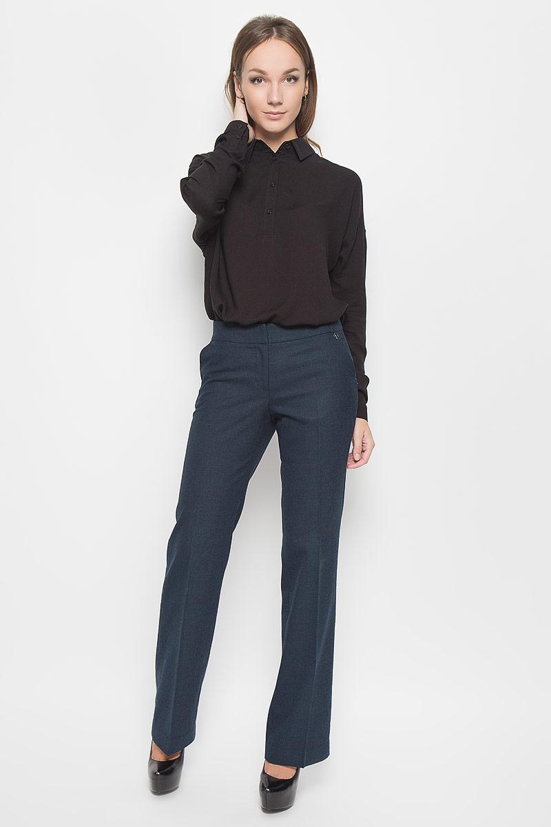 Брюки женские Finn Flare, цвет: темно-синий. A16-170590_101. Размер L (48)A16-170590_101Стильные женские брюки Finn Flare - это изделие высочайшего качества, которое превосходно сидит и подчеркнет все достоинства вашей фигуры. Брюки стандартной посадки выполнены из полиэстера с добавлением вискозы, что обеспечивает комфорт и удобство при носке. Брюки застегиваются на два крючка, пуговицу в поясе и ширинку на застежке-молнии. Брюки оформлены стрелками и дополнены двумя втачными карманами спереди и двумя втачными карманами сзади.Эти модные и в то же время комфортные брюки послужат отличным дополнением к вашему гардеробу и помогут создать неповторимый современный образ.