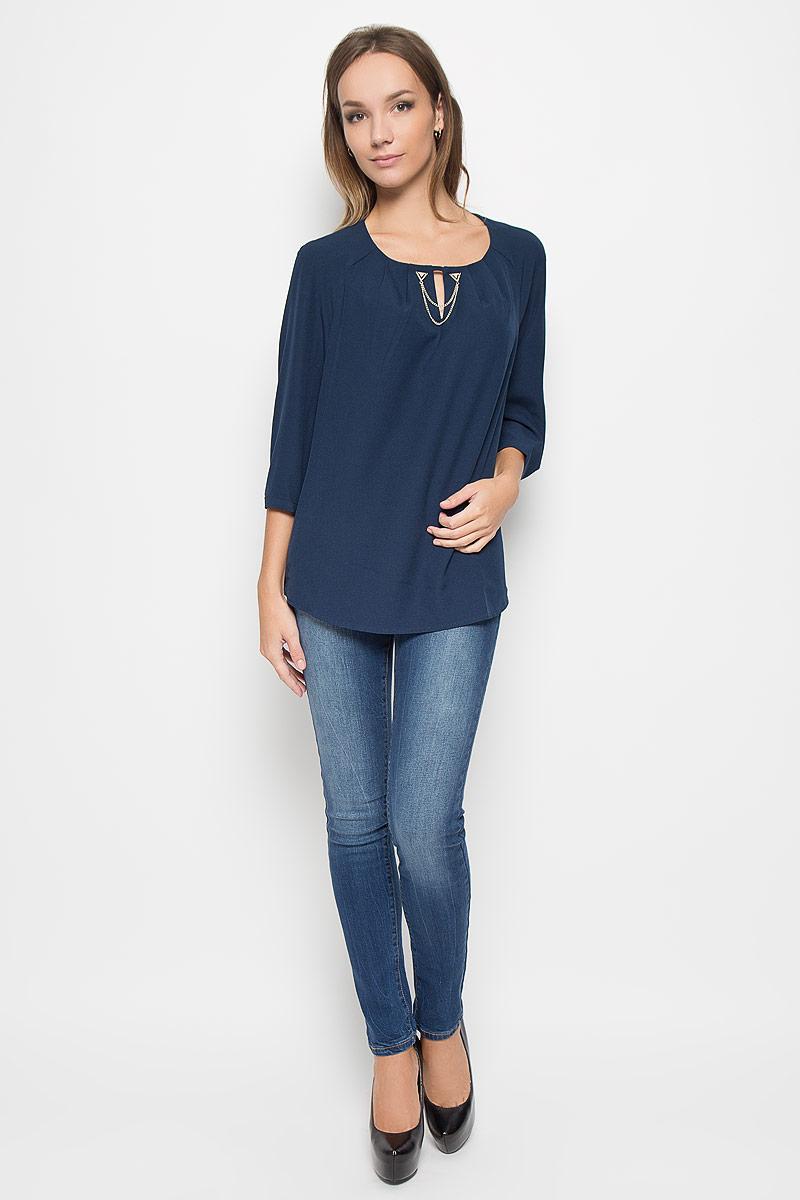 Блузка женская Finn Flare, цвет: темно-синий. A16-11056_140. Размер L (48)A16-11056_140Стильная женская блуза Finn Flare, выполненная из высококачественного эластичного полиэстера, подчеркнет ваш уникальный стиль и поможет создать оригинальный женственный образ.Блузка свободного кроя с круглым вырезом горловины и рукавами-реглан длиною 3/4. От линии горловины заложены складки, что придает изделию воздушности. На манжетах предусмотрены застежки-пуговицы. Модель оформлена небольшим разрезом на груди и декоративной металлической цепочкой. Такая блузка будет дарить вам комфорт в течение всего дня и послужит замечательным дополнением к вашему гардеробу.