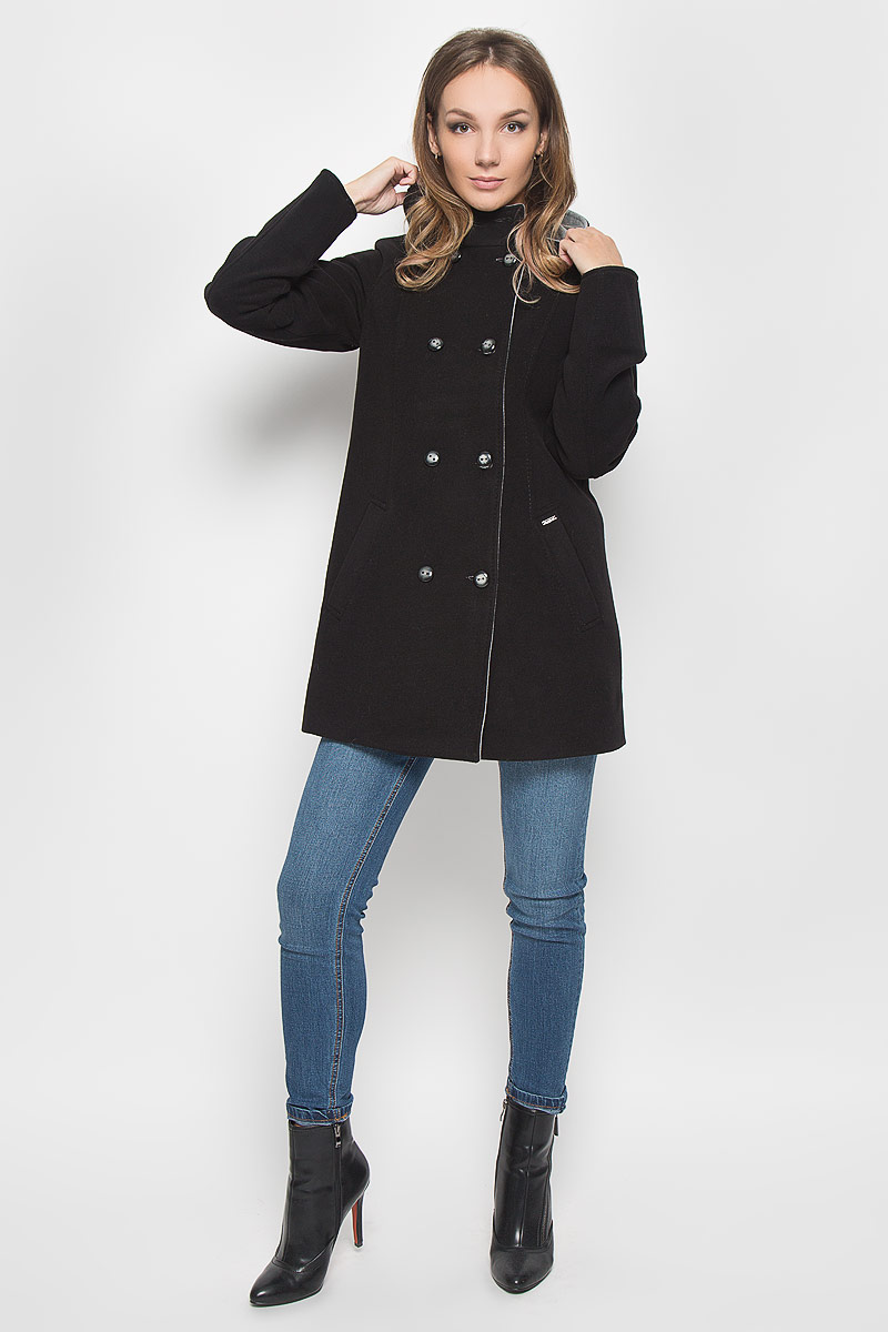 Пальто женское Finn Flare, цвет: черный. A16-170580_200. Размер XS (42)A16-170580_200Удобное женское пальто Finn Flare согреет вас в прохладную погоду и позволит выделиться из толпы. Модель с длинными рукавами-реглан и несъемным капюшоном выполнена из эластичного полиэстера с добавлением вискозы, застегивается на пуговицы спереди. Изделие дополнено двумя втачными карманами спереди. Такое пальто надежно сохранит тепло и защитит вас от ветра и холода. Это модное и уютное пальто - отличный вариант для прогулок, оно подчеркнет ваш изысканный вкус и поможет создать неповторимый образ.