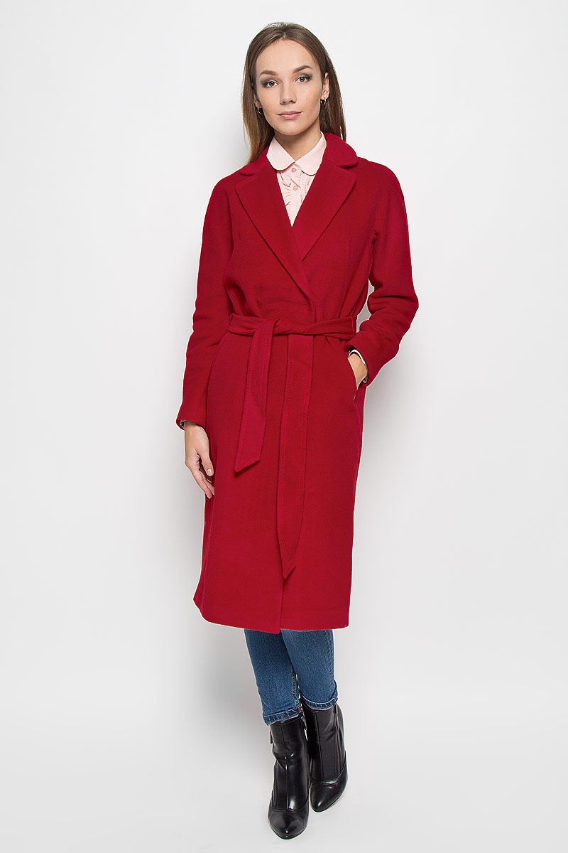 Пальто женское Finn Flare, цвет: гранатовый. A16-170010_303. Размер M (46)A16-170010_303Удобное женское пальто Finn Flare согреет вас в прохладную погоду и позволит выделиться из толпы. Модель с длинными цельнокроеными рукавами и воротником с лацканами выполнена из шерсти с добавлением нейлона, застегивается на кнопки спереди. Изделие дополнено широким поясом. Пальто надежно сохранит тепло и защитит вас от ветра и холода. Это модное и уютное пальто - отличный вариант для прогулок, оно подчеркнет ваш изысканный вкус и поможет создать неповторимый образ.