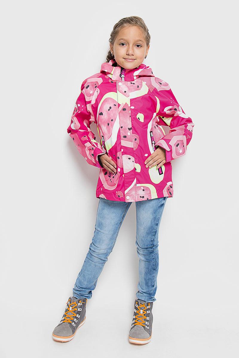 Куртка детская Reimatec Meloni, цвет: фуксия, желтый, белый. 521444C-3427. Размер 98521444C_3427Детская куртка Reimatec Meloni станет отличным дополнением к гардеробу ребенка. Куртка изготовлена из водонепроницаемой и ветрозащитной мембранной ткани на подкладке из 100% полиэстера. Материал отличается высокой устойчивостью к трению, благодаря специальной обработке полиуретаном, поверхность изделия отталкивает грязь и воду, что облегчает поддержание аккуратного вида одежды. Куртка полностью водонепроницаема, так как все ее швы проклеены для обеспечения максимальной защиты от воды. Легкая сетчатая подкладка улучшает вентиляцию и удобство в носке, не раздражает даже самую нежную и чувствительную кожу ребенка, обеспечивая ему наибольший комфорт. Куртка с воротником-стойкой и капюшоном застегивается на пластиковую застежку-молнию с защитой подбородка и дополнительно имеет две ветрозащитные планки, одна из которых на застежках-кнопках и липучках. Капюшон, присборенный по бокам на резинку, защитит нежные щечки ребенка от ветра, он пристегивается к куртке при помощи кнопок. Глубина капюшона регулируется при помощи хлястика на липучке. Края рукавов также дополнены хлястиками на липучках. Мягкая подкладка на воротнике и манжетах обеспечивает дополнительный комфорт. Спереди расположены два прорезных кармана на молниях. С внутренней стороны полочки расположен накладной карман на липучке. Спинка изделия немного удлинена. Понизу проходит скрытая кулиска со стопперами. Оформлена модель оригинальным ярким принтом. Светоотражающие вставки не оставят вашего ребенка незамеченным в темное время суток. С внутренней стороны изделие оснащено удобной системой кнопочных застежек Reima Play Layers, с помощью которых можно легко пристегнуть к куртке несколько слоев для создания дополнительного тепла. Комфортная, удобная и практичная куртка идеально подойдет для прогулок и игр на свежем воздухе!