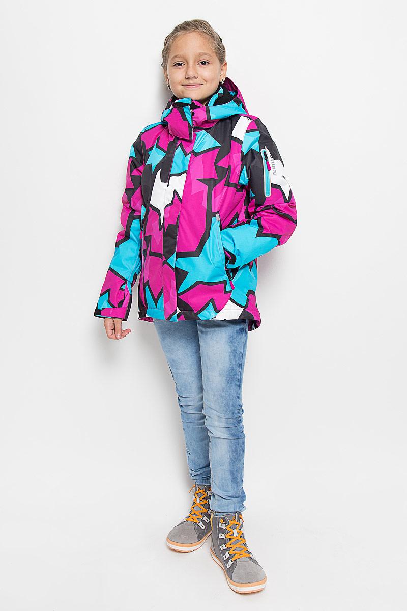 Куртка для девочки Reima Reimatec Roxana, цвет: розовый, голубой, черный. 521472B-4622. Размер 98521472B_4622Теплая куртка для девочки Reimatec Roxana идеально подойдет для ребенка в холодное время года. Куртка изготовлена из водоотталкивающей и ветрозащитной мембранной ткани с утеплителем из синтепона (100% полиэстера). Материал отличается высокой устойчивостью к трению, благодаря специальной обработке полиуретаном поверхность изделия отталкивает грязь и воду, что облегчает поддержание аккуратного вида одежды, дышащее покрытие с изнаночной части не раздражает даже самую нежную и чувствительную кожу ребенка, обеспечивая ему наибольший комфорт. В качестве подкладки также используется 100% полиэстер. Куртка с удлиненной спинкой и капюшоном застегивается на пластиковую застежку-молнию с защитой подбородка, благодаря чему ее легко надевать и снимать, а также дополнительно имеет ветрозащитный клапан на кнопках и липучках. Капюшон защитит нежные щечки от ветра, он пристегивается к куртке при помощи кнопок и дополнительно застегивается клапаном под подбородком на липучки. Края рукавов оснащены регулируемыми хлястиками на липучках. Мягкая подкладка на капюшоне и воротнике обеспечивает дополнительный комфорт. Спереди куртка дополнена двумя прорезными кармашками на застежках-молниях. На рукаве имеется специальный карман для карточки лыжного клуба, а для остальных мелочей предусмотрен карман на груди. С внутренней стороны имеется накладной кармашек на липучке и кармашек из сетки. Понизу изделия проходит эластичная кулиска со стопперами. Также модель дополнена светоотражающими элементами для безопасности в темное время суток. Все швы проклеены, не пропускают влагу и ветер. Оформлена куртка ярким оригинальным принтом. С внутренней стороны изделие оснащено специальными кнопками Reima Play Layers для пристегивания промежуточного слоя к верхней одежде. Средняя степень утепления. Идеально при температурах от 0°С до -20°С. Комфортная, удобная и практичная куртка идеально подойдет для
