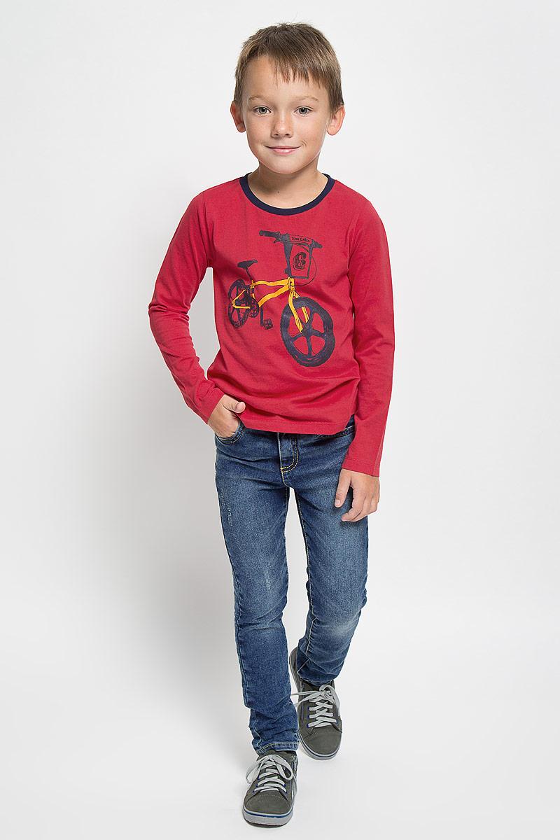 Джинсы для мальчика Tom Tailor, цвет: синий. 6204961.00.82_1095. Размер 986204961.00.82_1095Стильные джинсы Tom Tailor станут отличным дополнением к гардеробу вашего мальчика. Изготовленные из высококачественного материала, они необычайно мягкие и приятные на ощупь, не сковывают движения и позволяют коже дышать, не раздражают даже самую нежную и чувствительную кожу ребенка, обеспечивая наибольший комфорт. Джинсы застегиваются на крючок в поясе и ширинку на застежке-молнии. С внутренней стороны пояс дополнен регулируемой эластичной резинкой, которая позволяет подогнать модель по фигуре. На поясе предусмотрены шлевки для ремня. Джинсы имеют классический пятикарманный крой: спереди модель оформлена двумя втачными карманами и одним маленьким накладным кармашком, а сзади - двумя накладными карманами. Модель оформлена контрастной прострочкой, перманентными складками и эффектом потертости.Современный дизайн и расцветка делают эти джинсы модным и стильным предметом детского гардероба. В них вам мальчик будет чувствовать себя уютно и комфортно, и всегда будет в центре внимания!